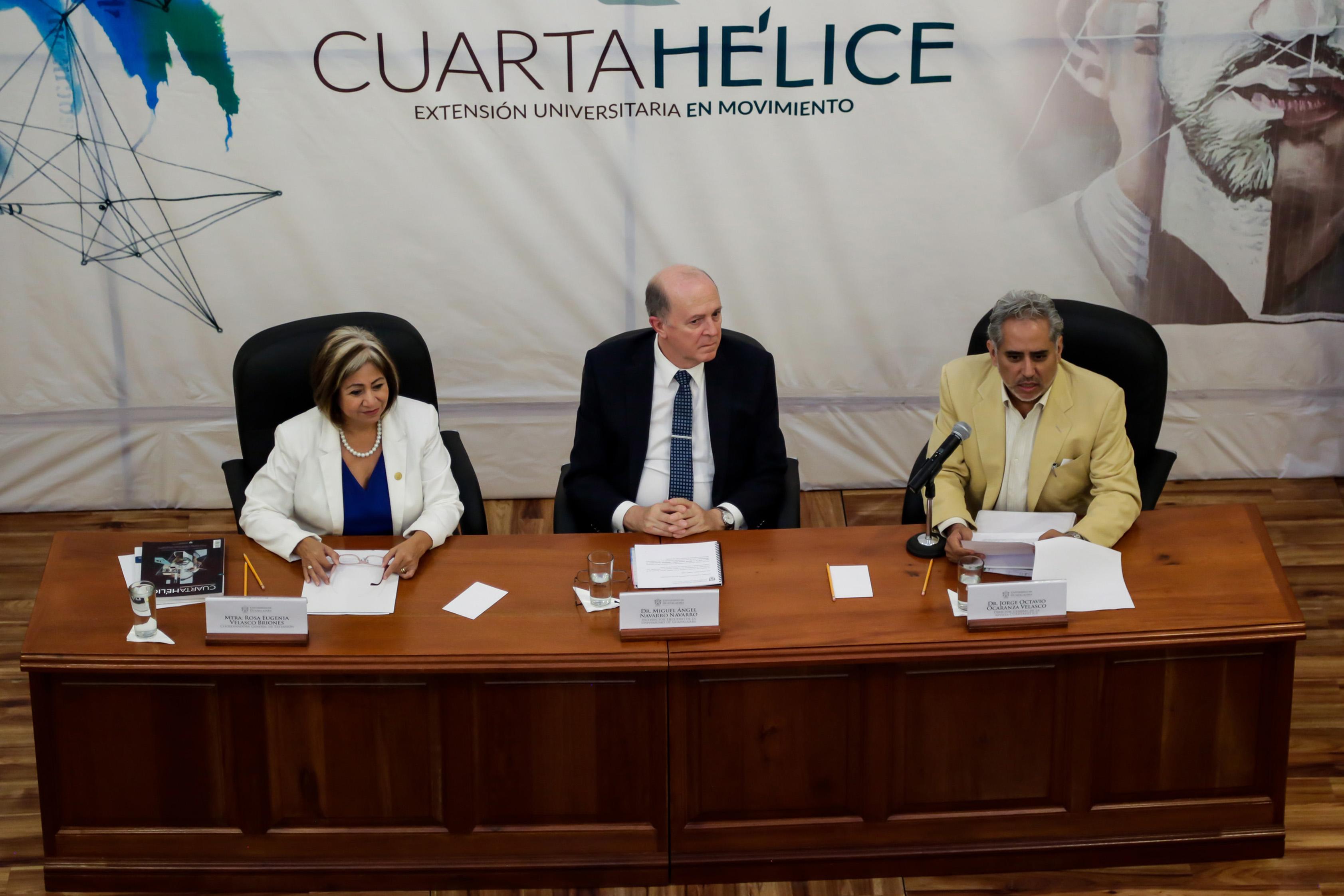 Director de Cuarta Hélice, doctor Jorge Octavio Ocaranza, haciendo uso de la palabra en la presentación de la Revista