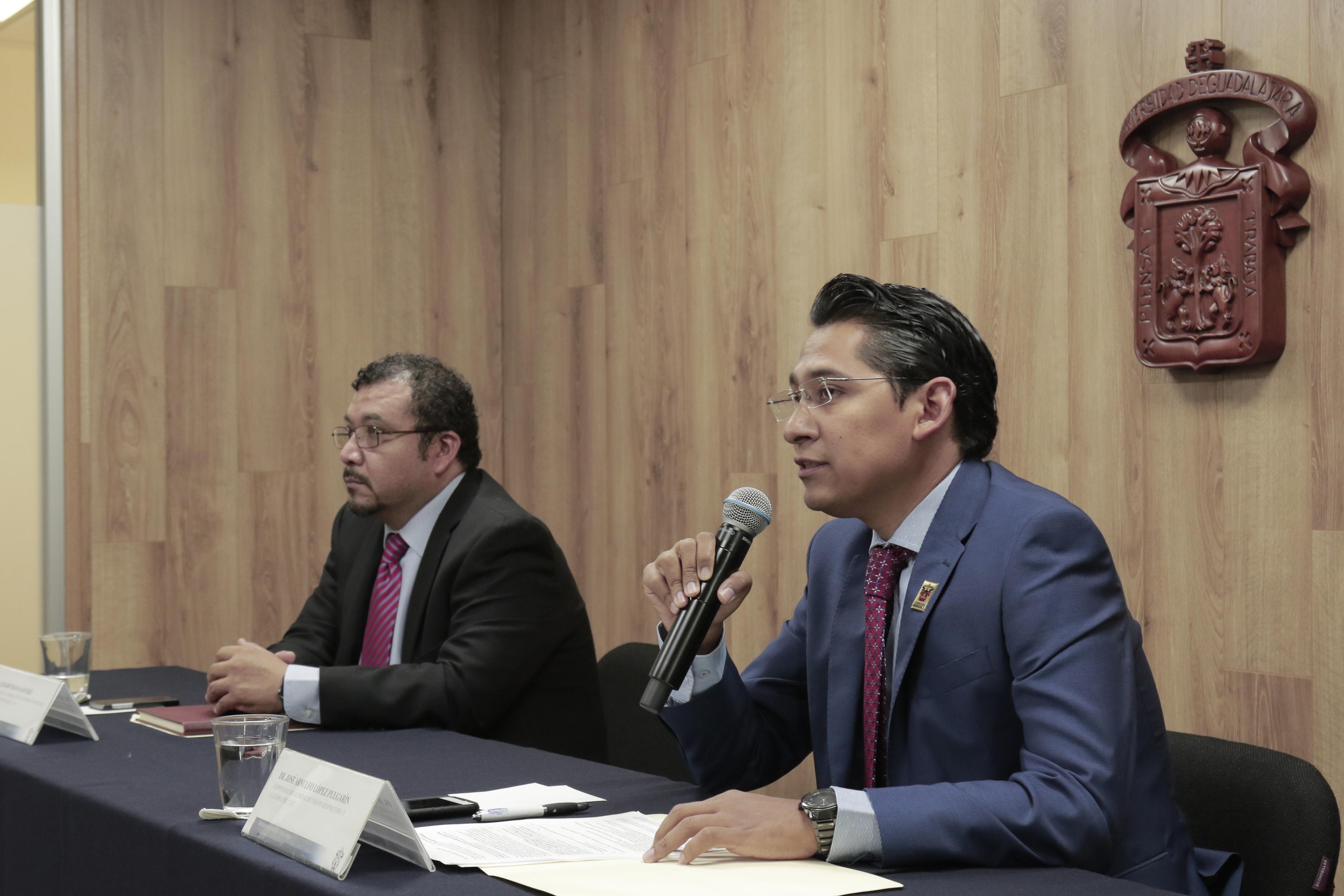 Dr. José Arnulfo López Pulgarín, responsable de la Unidad de Terapia Respiratoria del CUCS y académico del centro, haciendo uso de la palabra