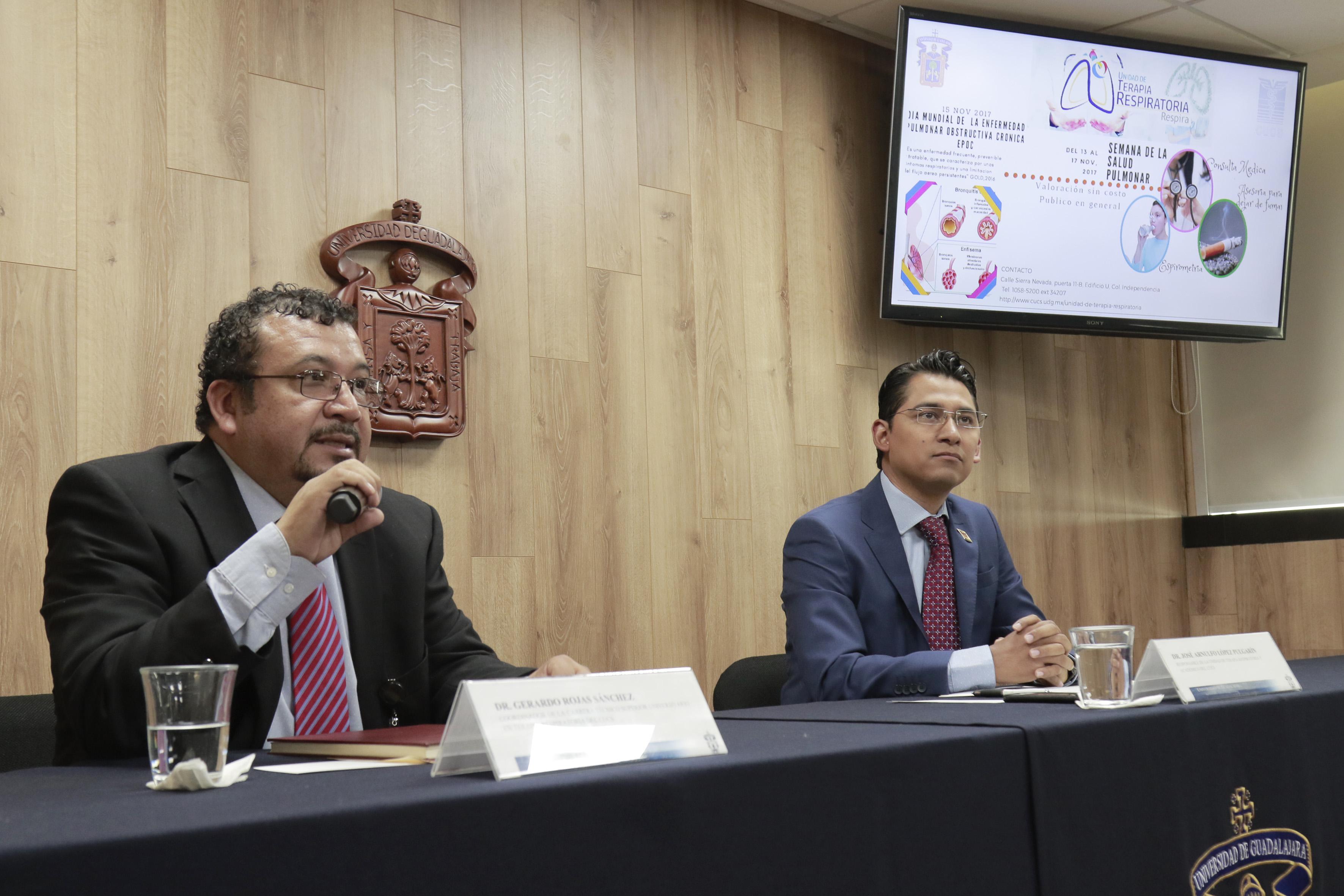 Dr Gerardo Rojas Sánchez, coordinador de la carrera de Técnico Superior Universitario en Terapia Respiratoria, del Centro Universitario de Ciencias de la Salud (CUCS), haciendo uso de la palabra