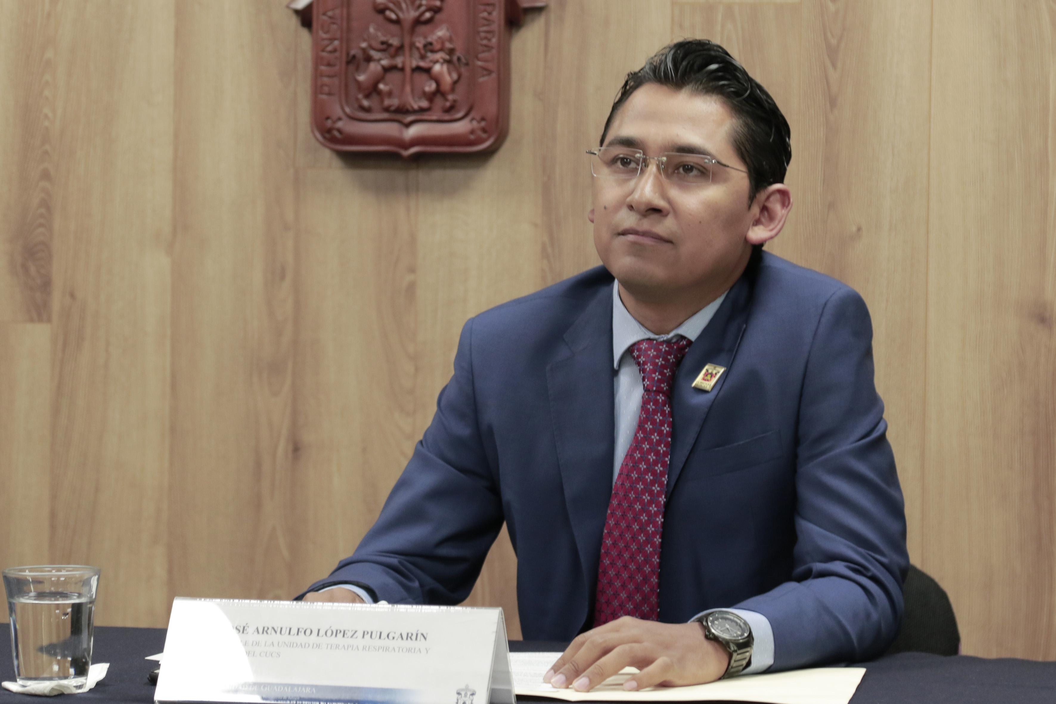 Dr. José Arnulfo López Pulgarín, responsable de la Unidad de Terapia Respiratoria del CUCS y académico del centro.