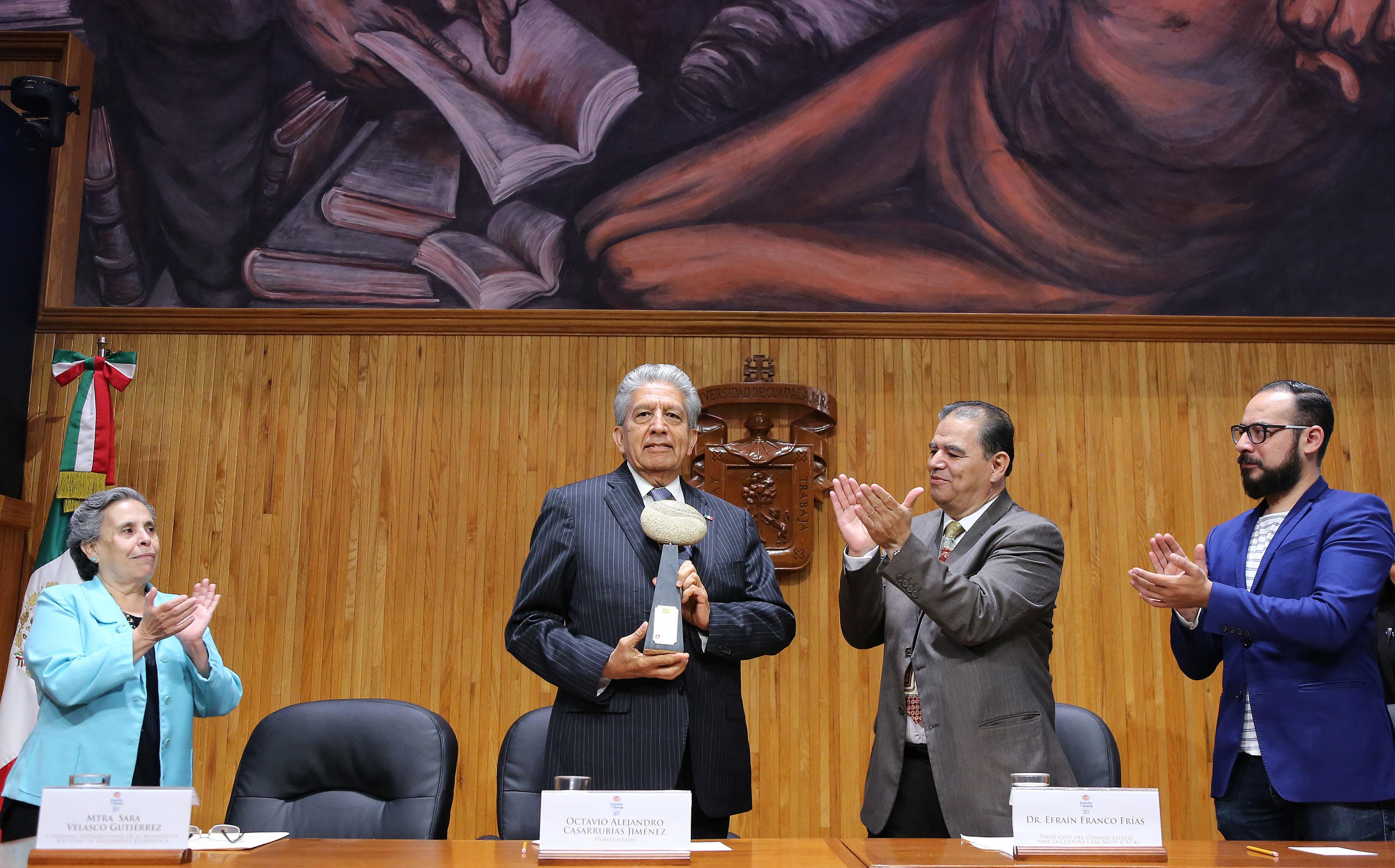 """Ceremonia de entrega del galardón """"Granito de Arena"""" al licenciado Octavio Alejandro Casarrubias Jiménez"""