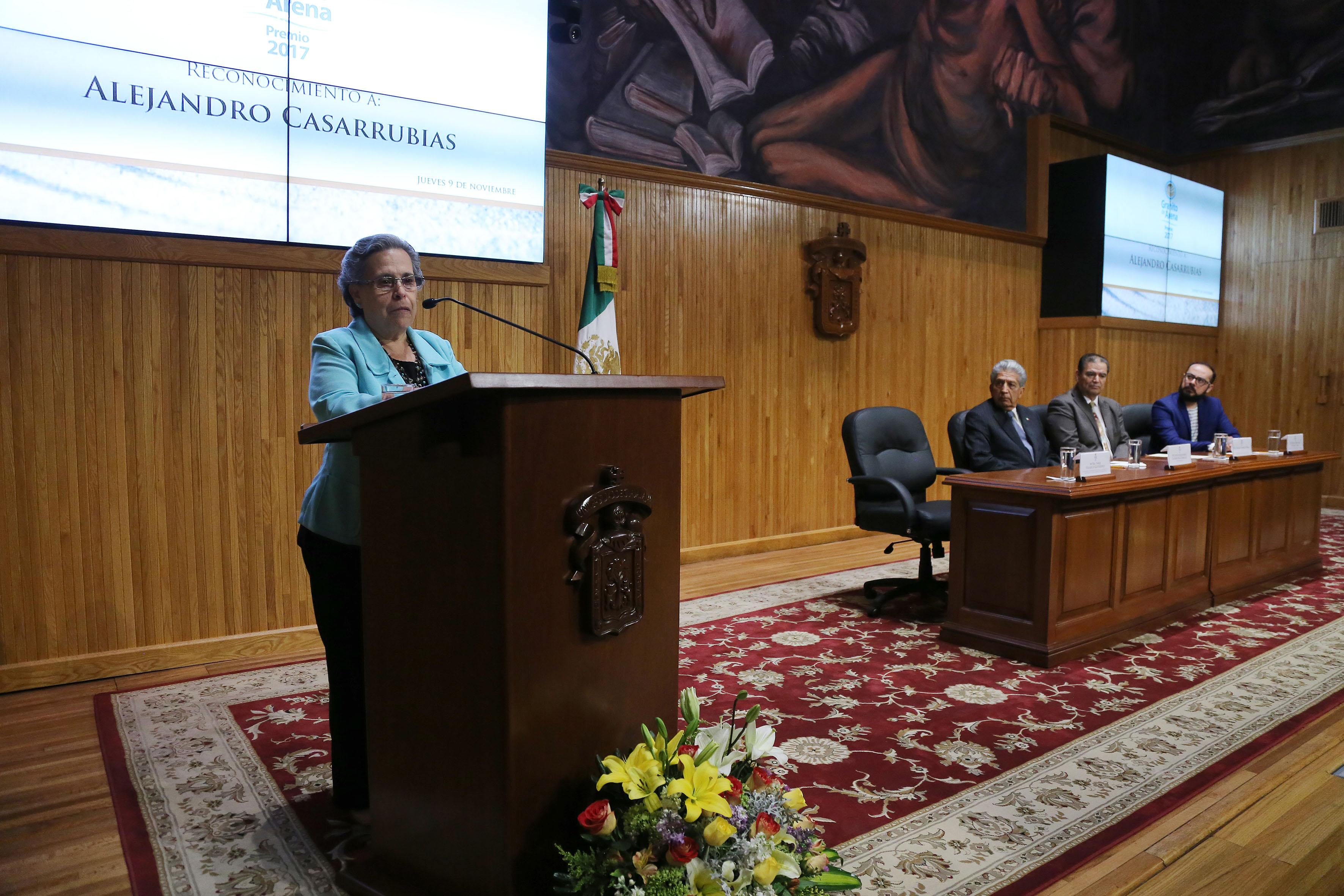 Mtra. Sara Velasco, miembro de la Comisión de Fomento al Libro y la Lectura de Jalisco y de la Benemérita Sociedad de Geografía y Estadística del Estado, haciendo uso de la palabra