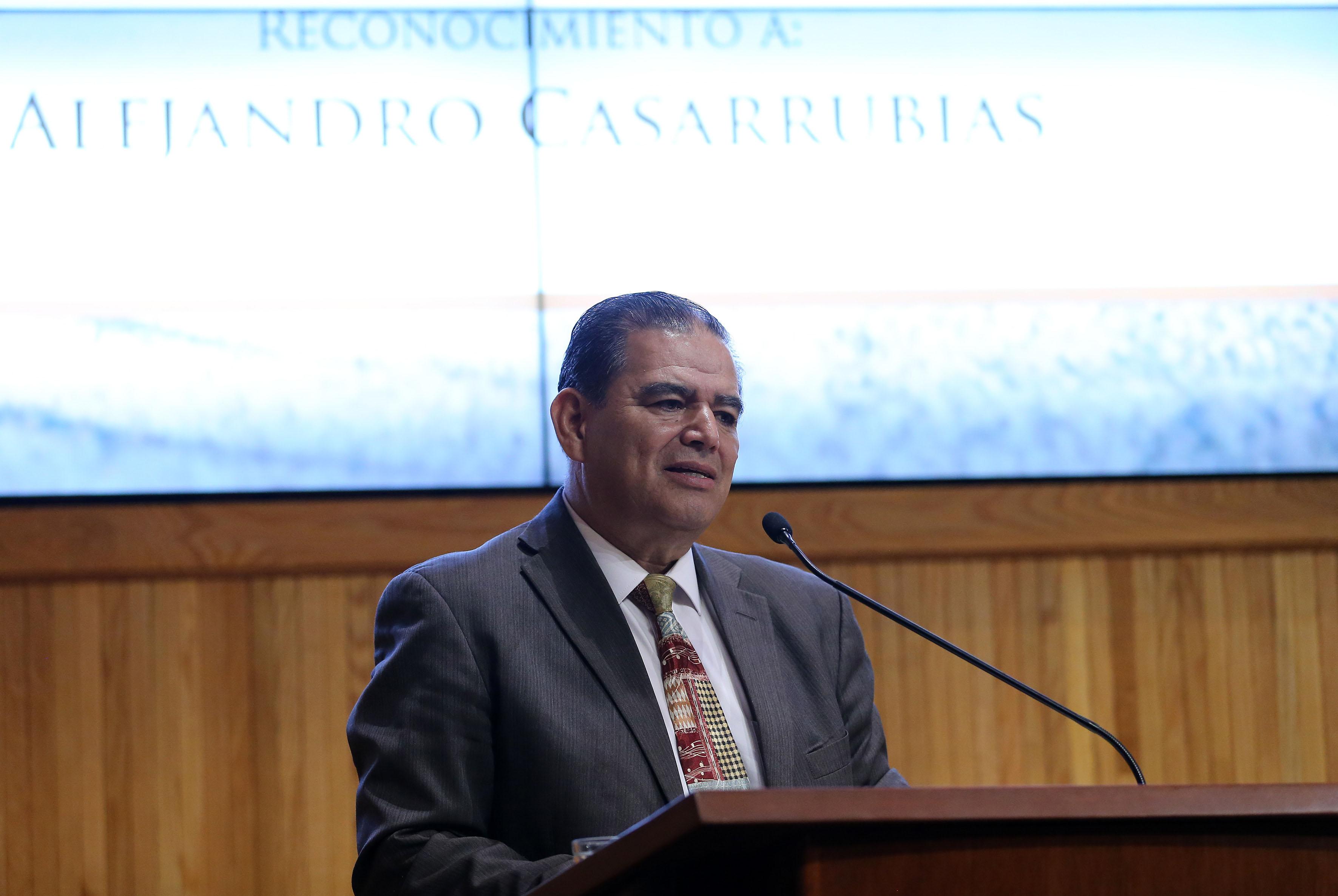 Dr.  Efraín Franco Frías, Presidente del CECA y académico del Centro Universitario de Arte, Arquitectura y Diseño de la UdeG, haciendo uso de la palabra