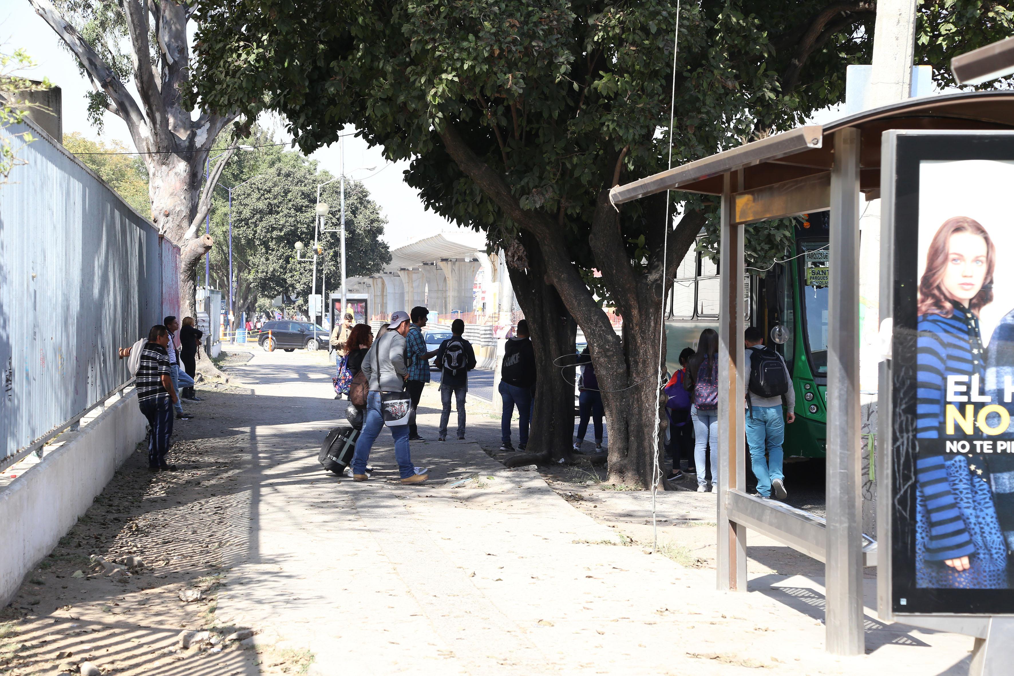 Parada de autobús cerca del Centro Universitario de Ciencias Exactas e Ingenierías (CUCEI)