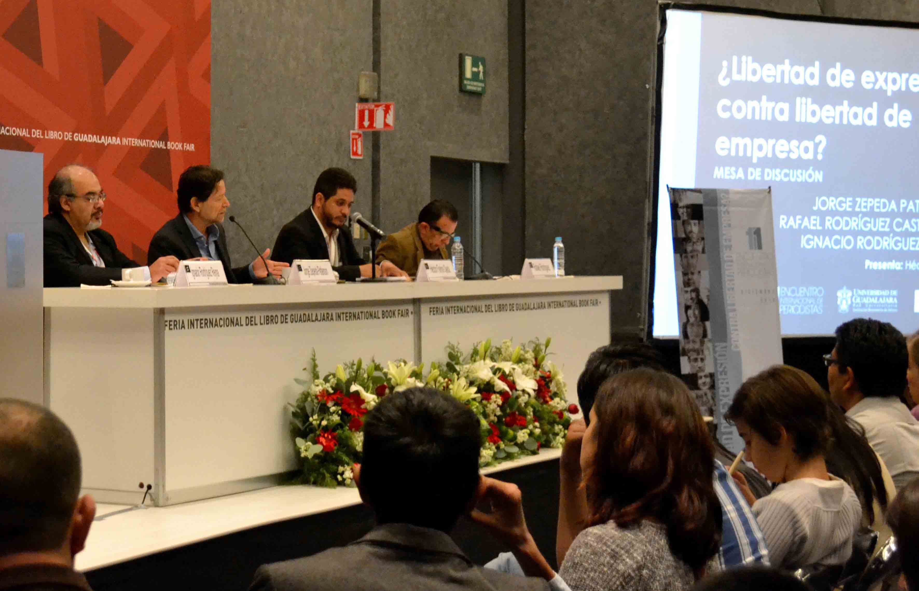 Panelistas participando en una mesa de discusión, en el  marco de la Feria Internacional del Libreo 2016