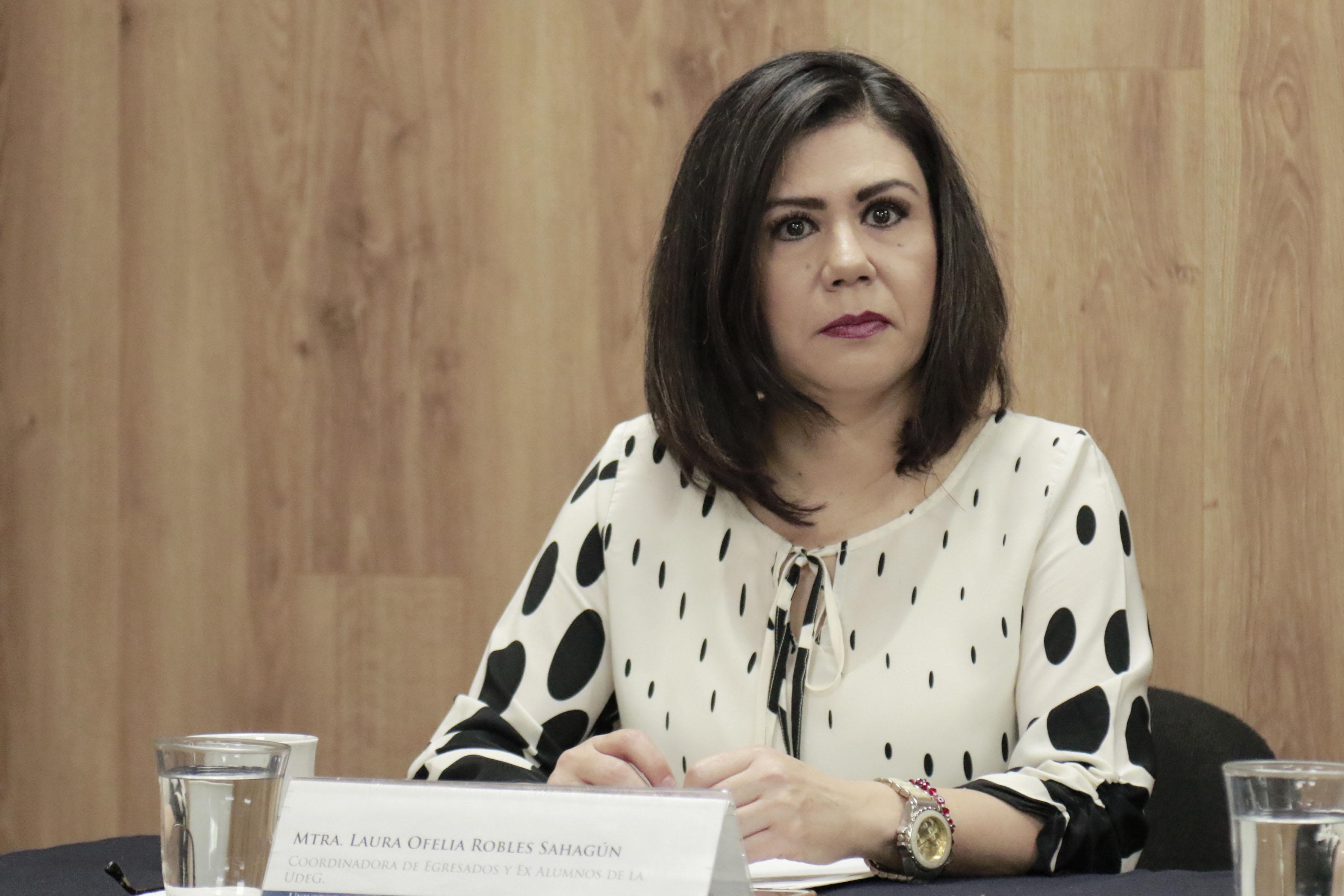 Mtra. Laura Ofelia Robles Sahagún participando en la rueda de prensa