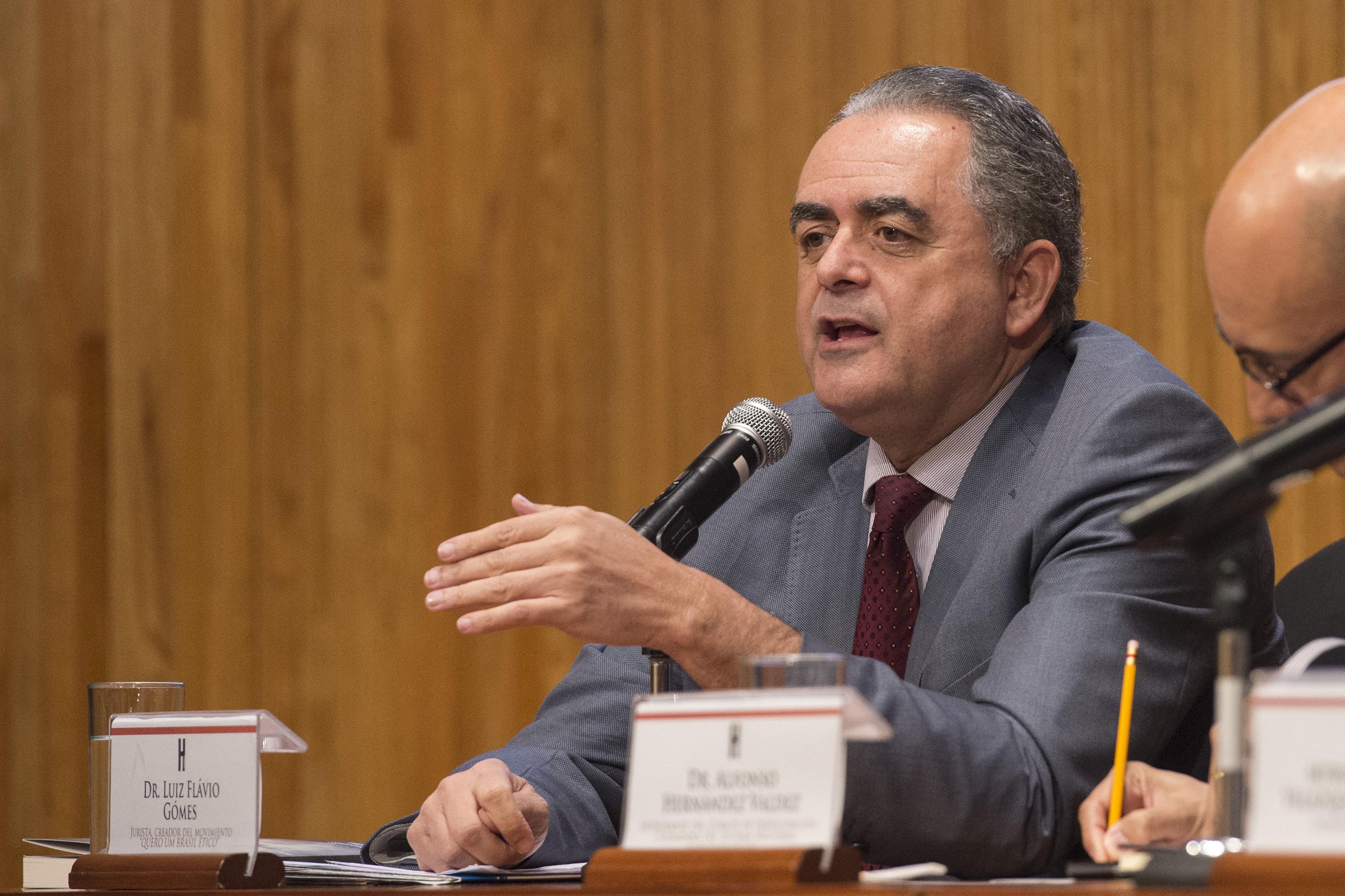 Dr. Luis Flavio Gomez haciendo uso de la palabra