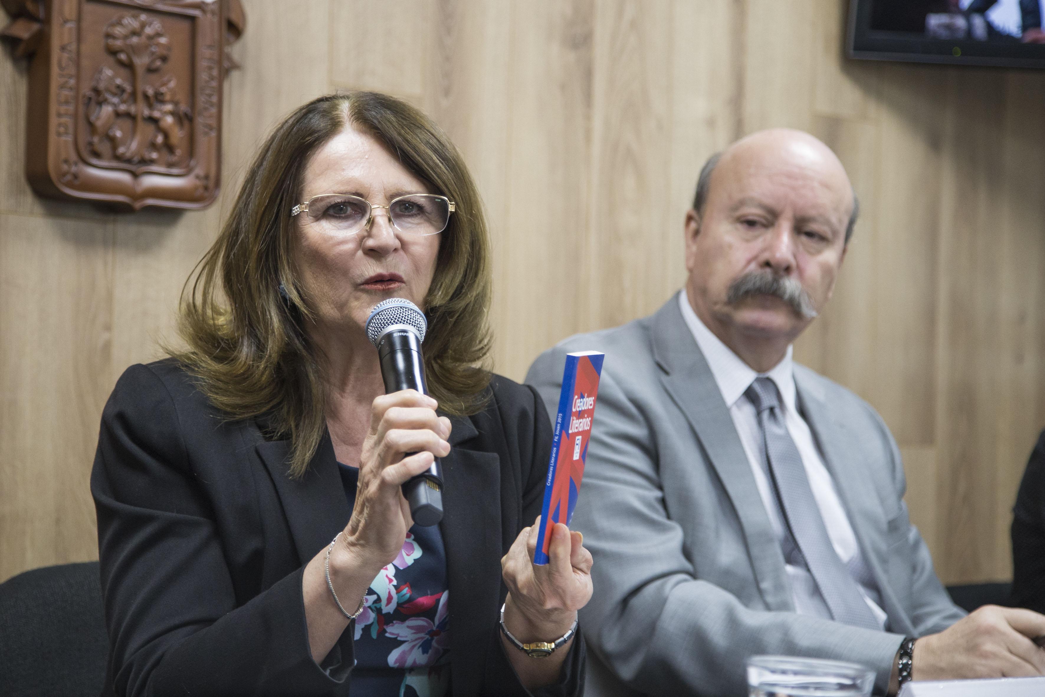 Mtra.  Lilia Mendoza Roaf, coordinadora de Extensión y Difusión del SEMS, haciendo uso de la palabra