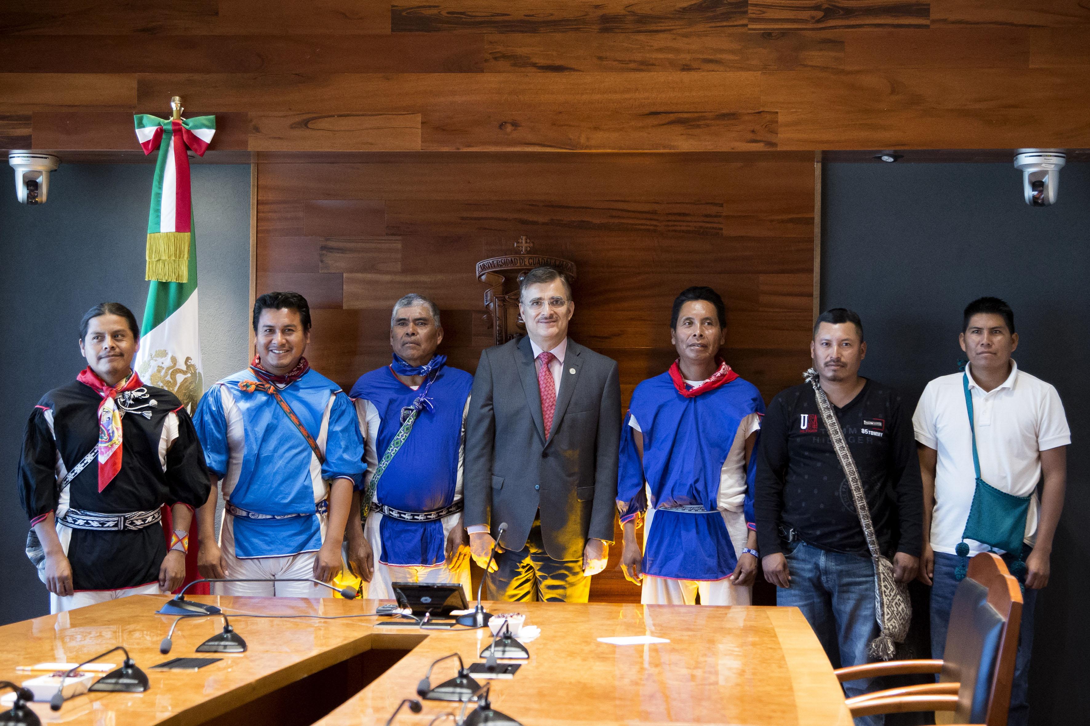Rector General de la UdeG, maestro Itzcóatl Tonatiuh Bravo Padilla con miembros de la comunidad de Santa Catarina Cuexcomatitlán, del Municipio de Mezquitic, Jalisco, en firma de convenio