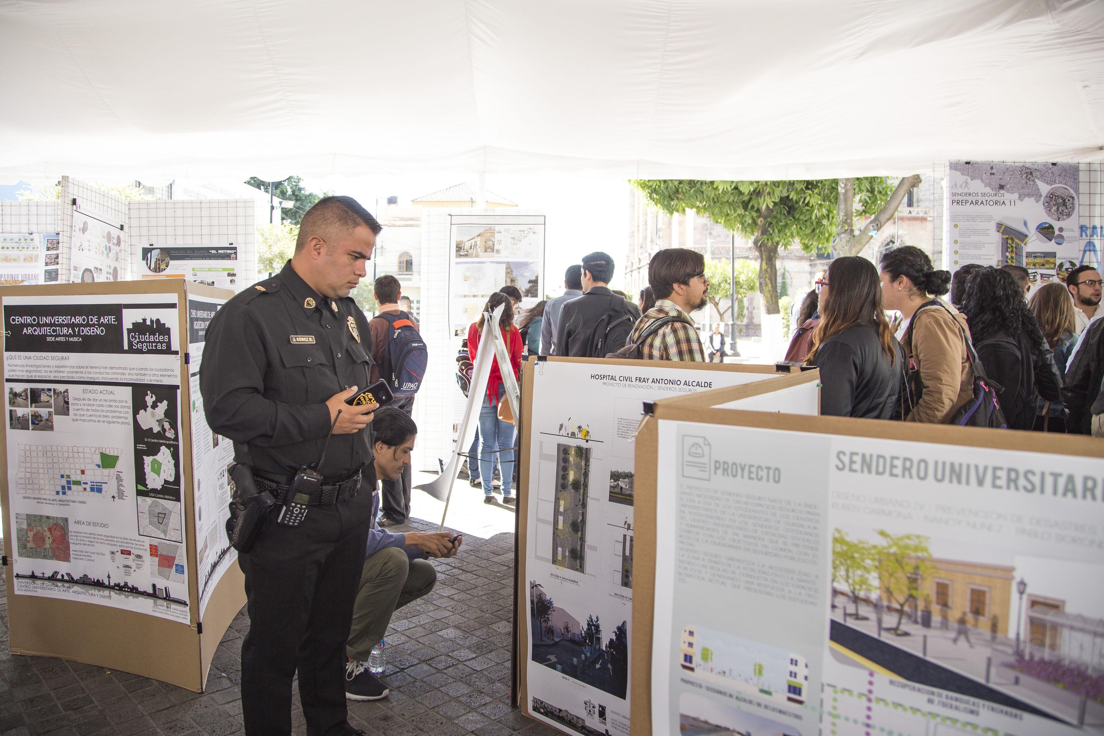 Oficial de la policía estatal observando la exposición