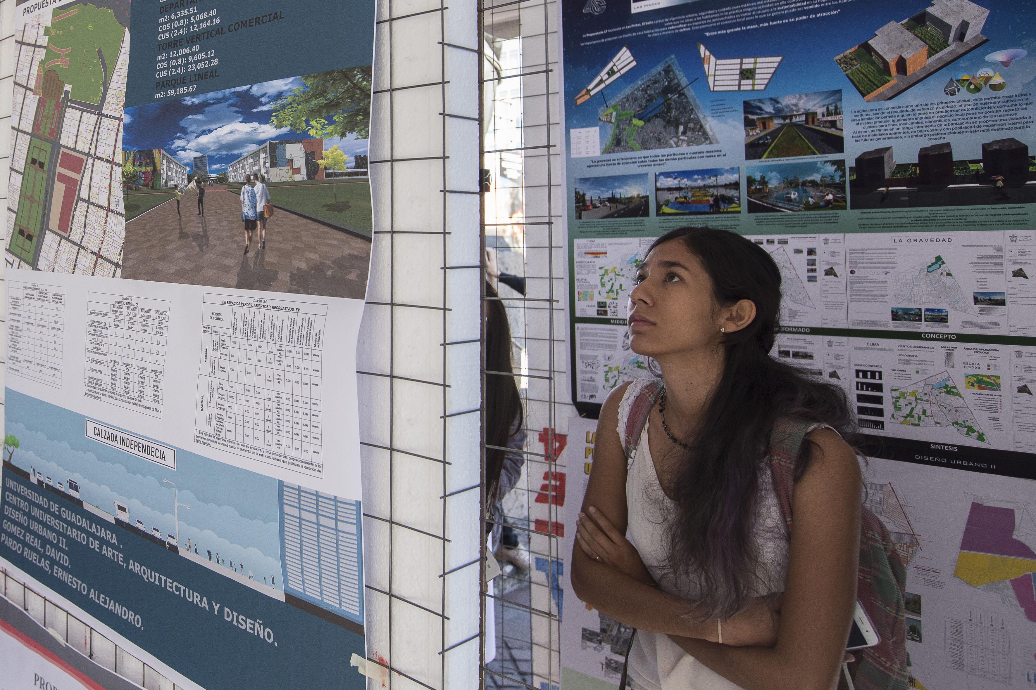 Mujer joven observando la exposición