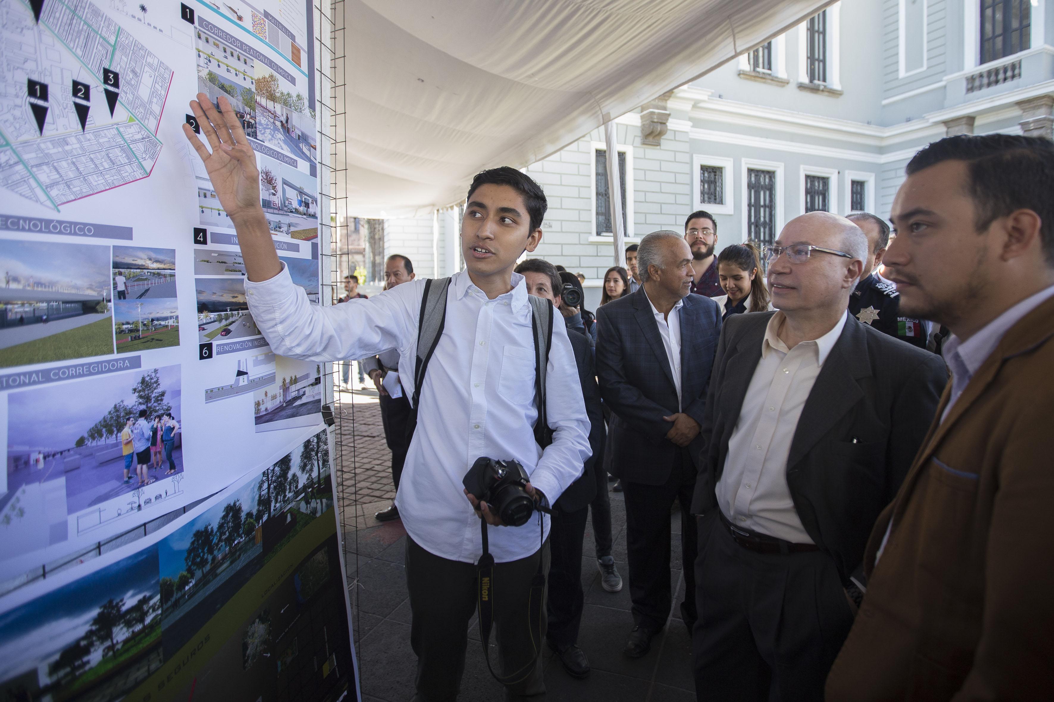 Secretario General de esta Casa de Estudio, maestro José Alfredo Peña Ramos, observando la exposición