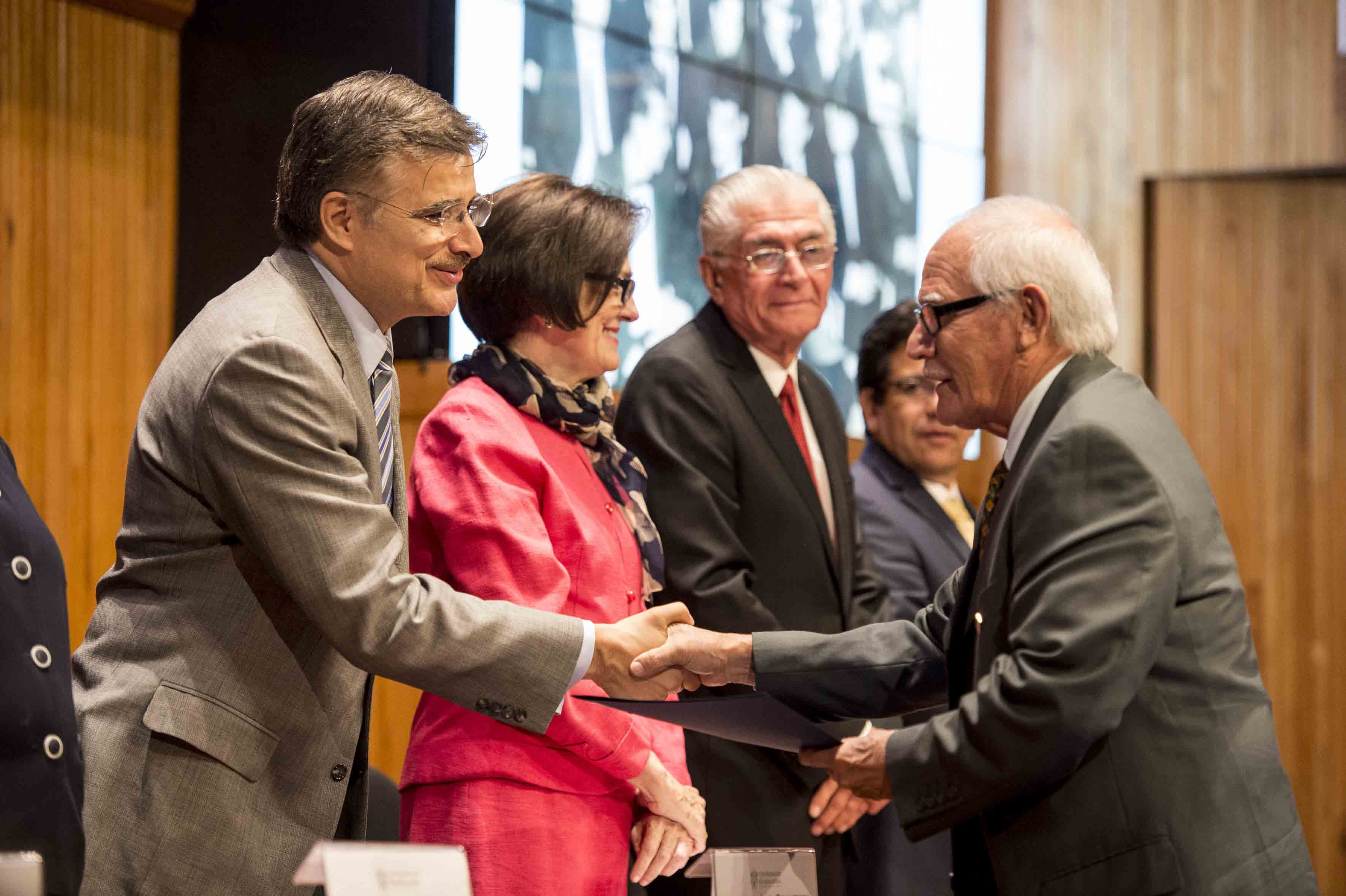 Rector General de la Universidad de Guadalajara (UdeG), maestro Itzcóatl Tonatiuh Bravo Padilla, haciendo entrega de  reconocimientos a los integrantes de esta generación
