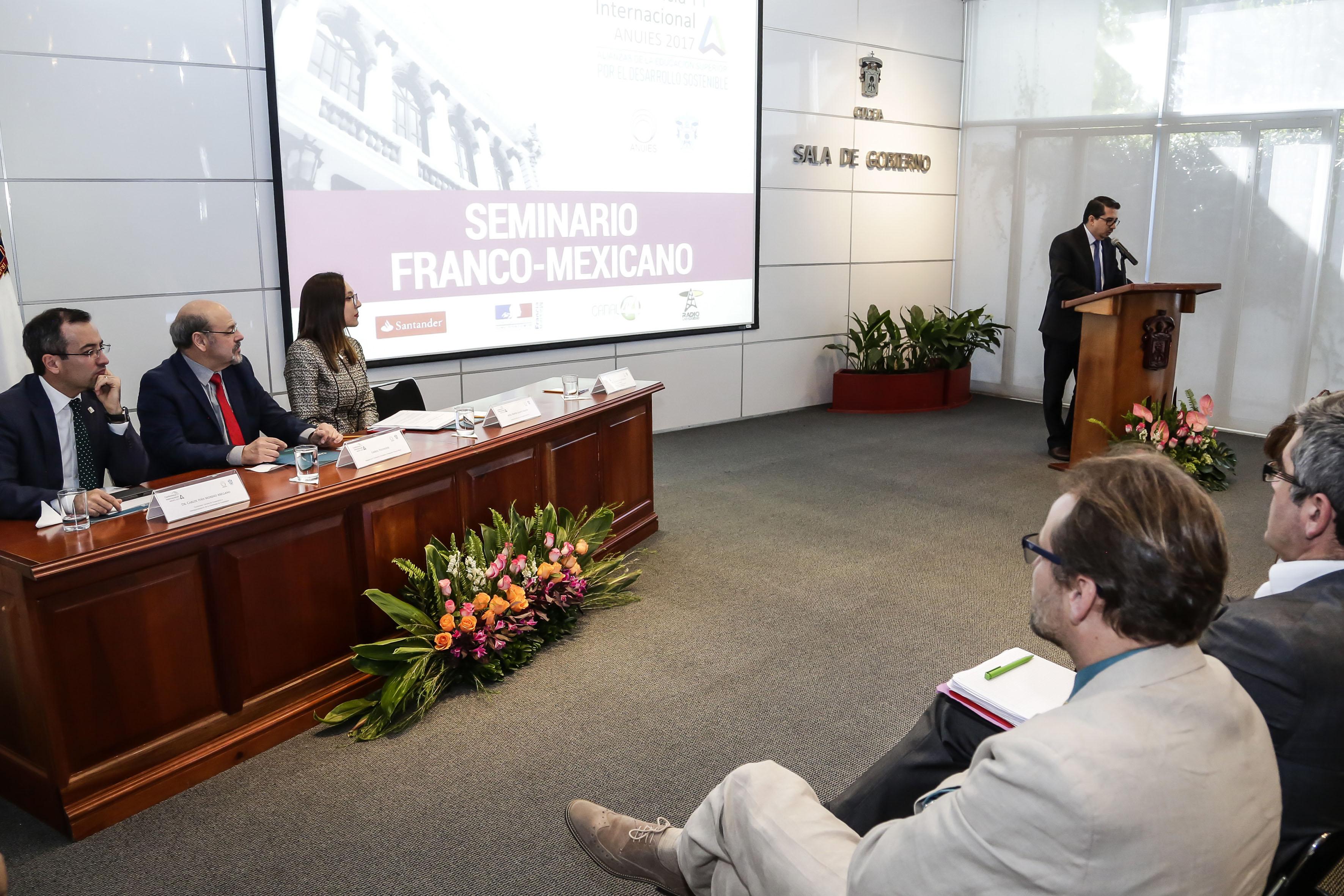 Rector del CUCEA, maestro José Alberto Castellanos Gutiérrez, haciendo uso de la palabra en la inauguración del  Seminario Franco-Mexicano de Cooperación Universitaria e Innovación