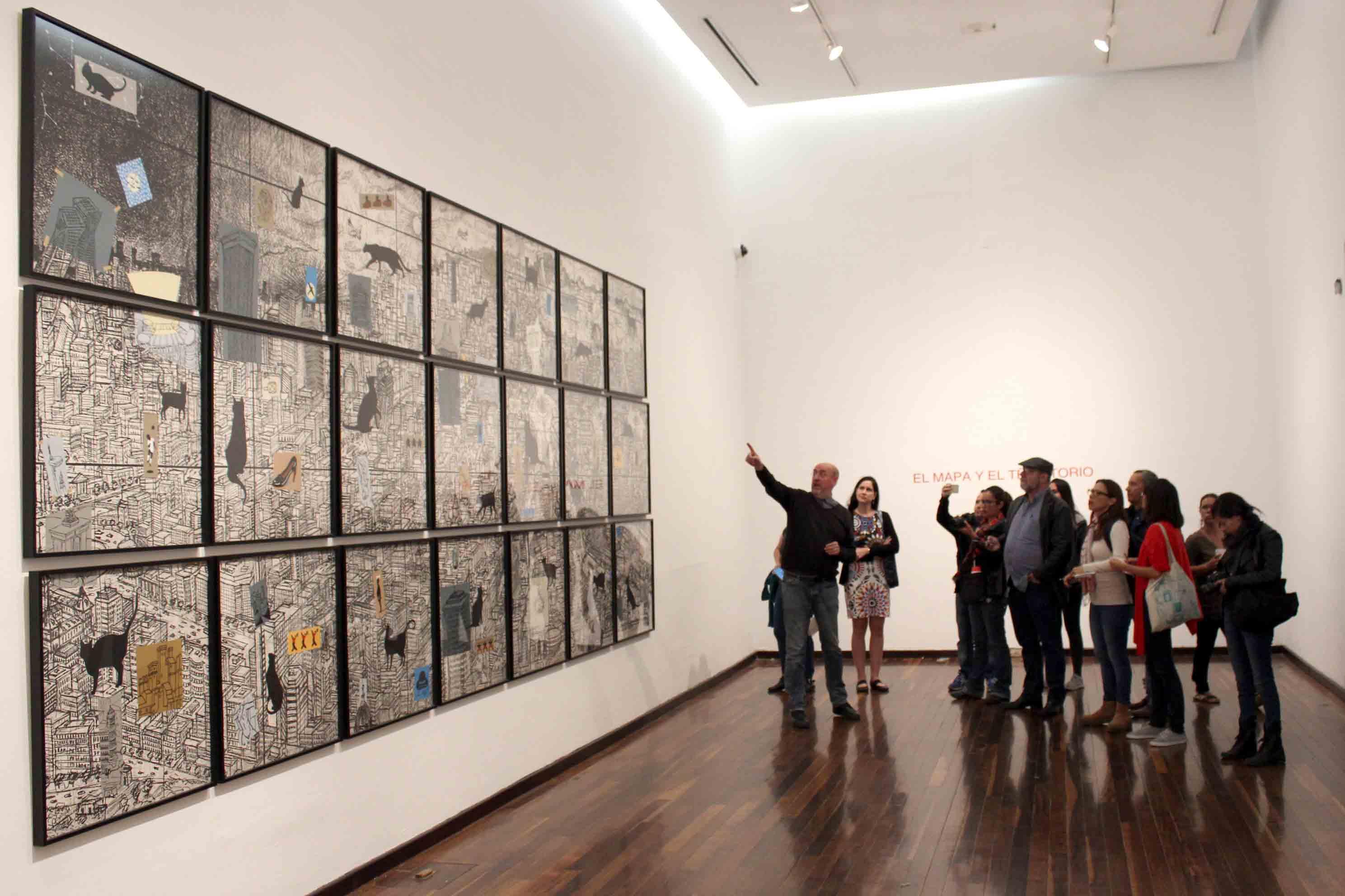 Publico asistente observando Fotografías, pinturas, carteles, cómics y banderas que componen la exposición Pongamos que hablo de Madrid