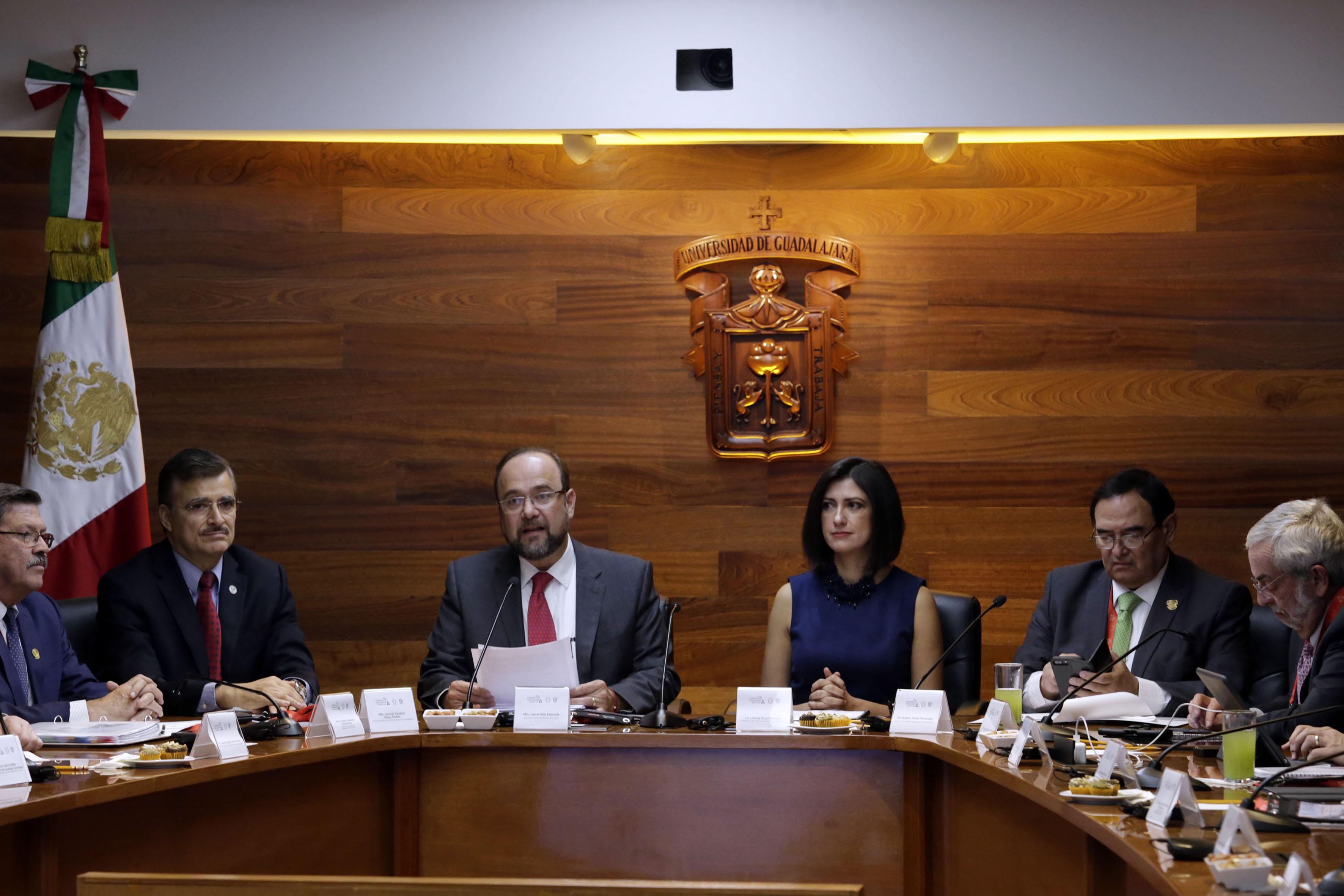 Secretario General Ejecutivo de la ANUIES, maestro Jaime Valls Esponda, haciendo uso de la palabra