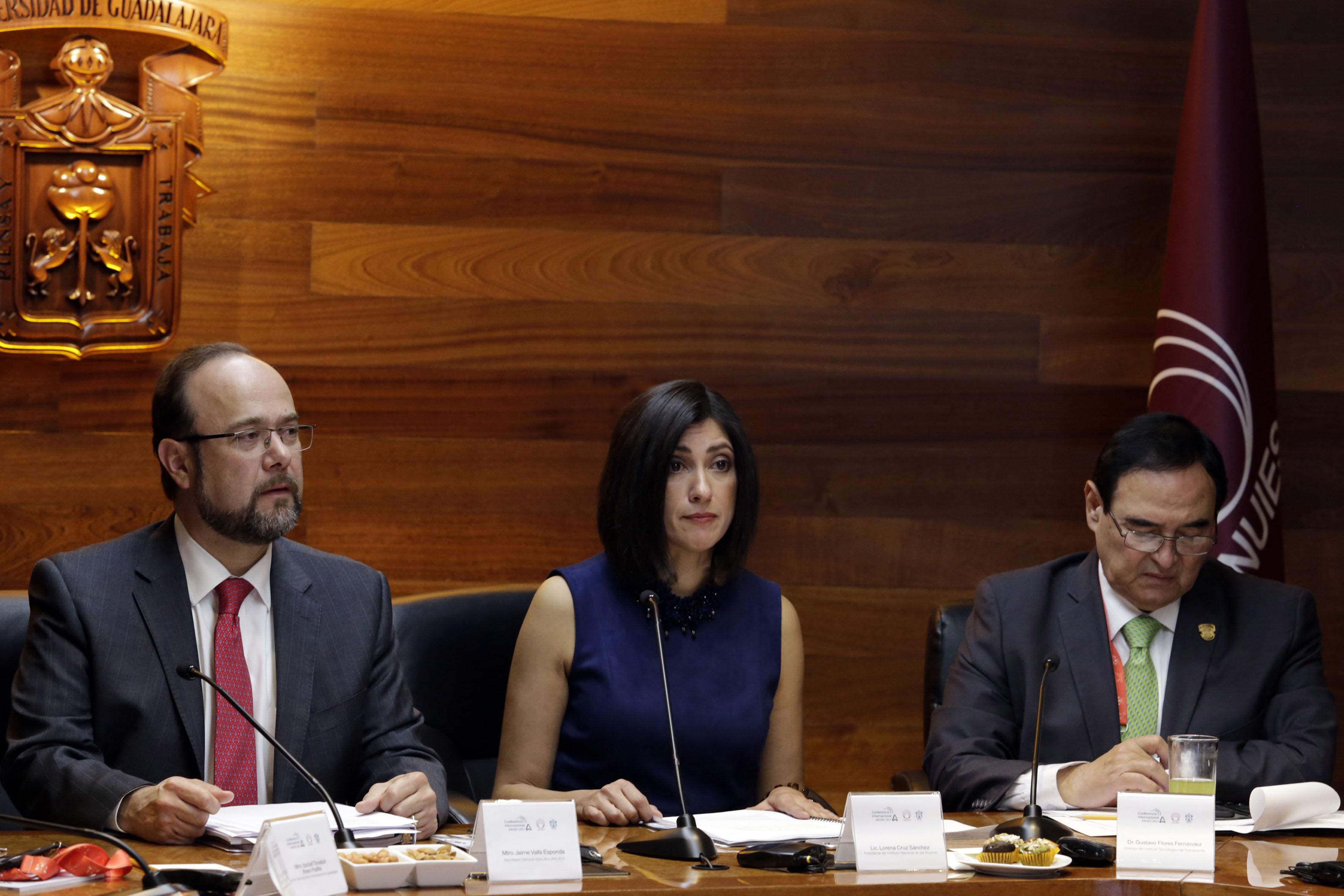 Secretario General Ejecutivo de la ANUIES, maestro Jaime Valls Esponda y la titular del INM, licenciada Lorena Cruz Sánchez en firma de convenio