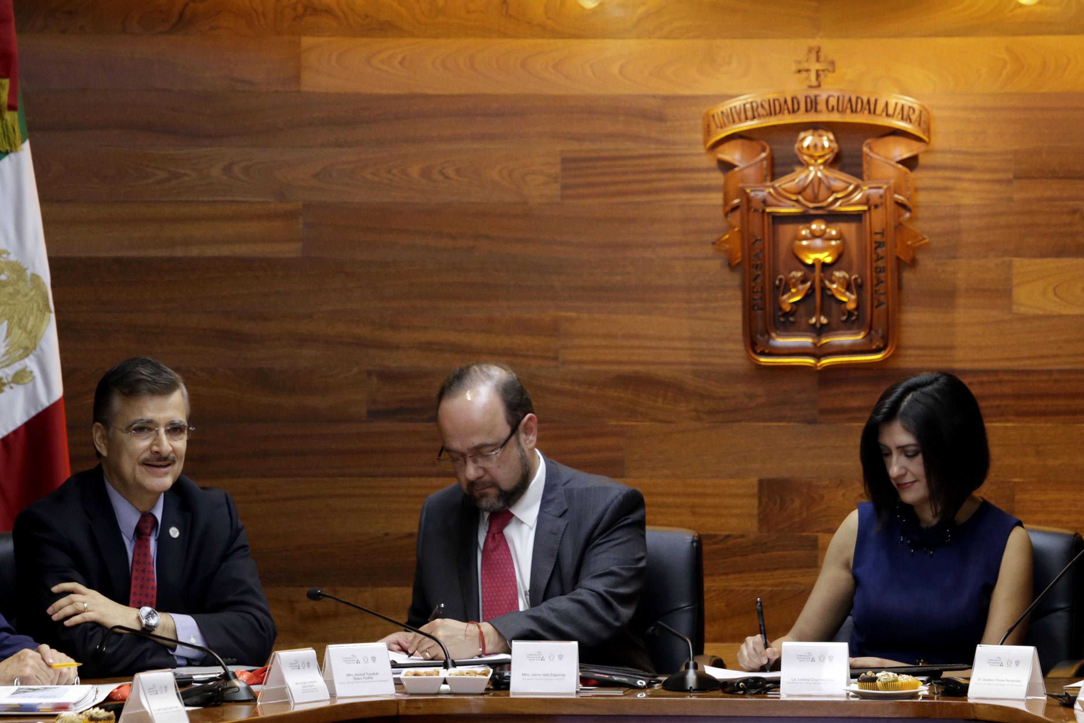 Secretario General Ejecutivo de la ANUIES, maestro Jaime Valls Esponda y la titular del INM, licenciada Lorena Cruz Sánchez, firmando el convenio