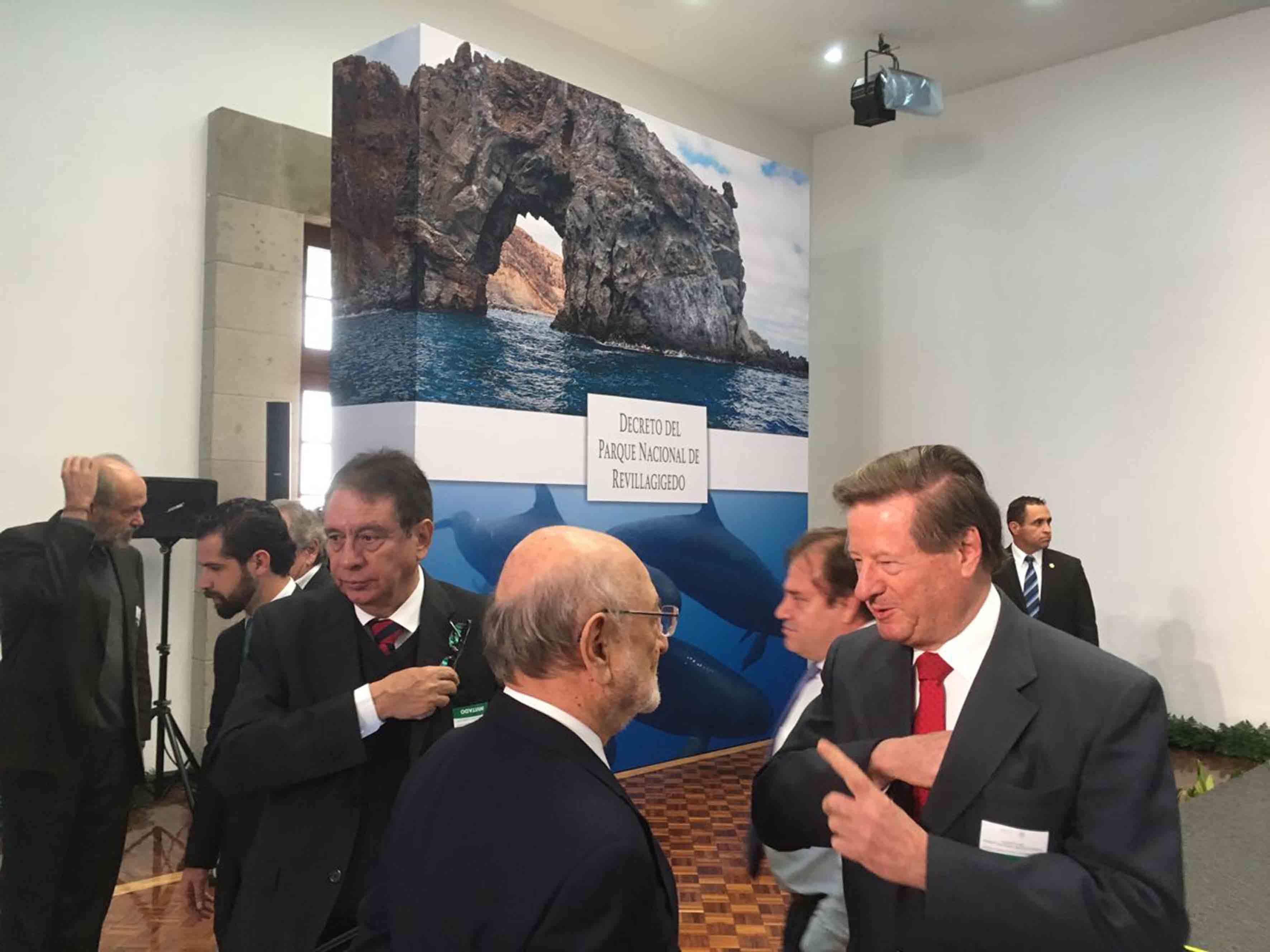 Sesión en Los Pinos, para firmar el decreto de creación del Parque Nacional Revillagigedo.