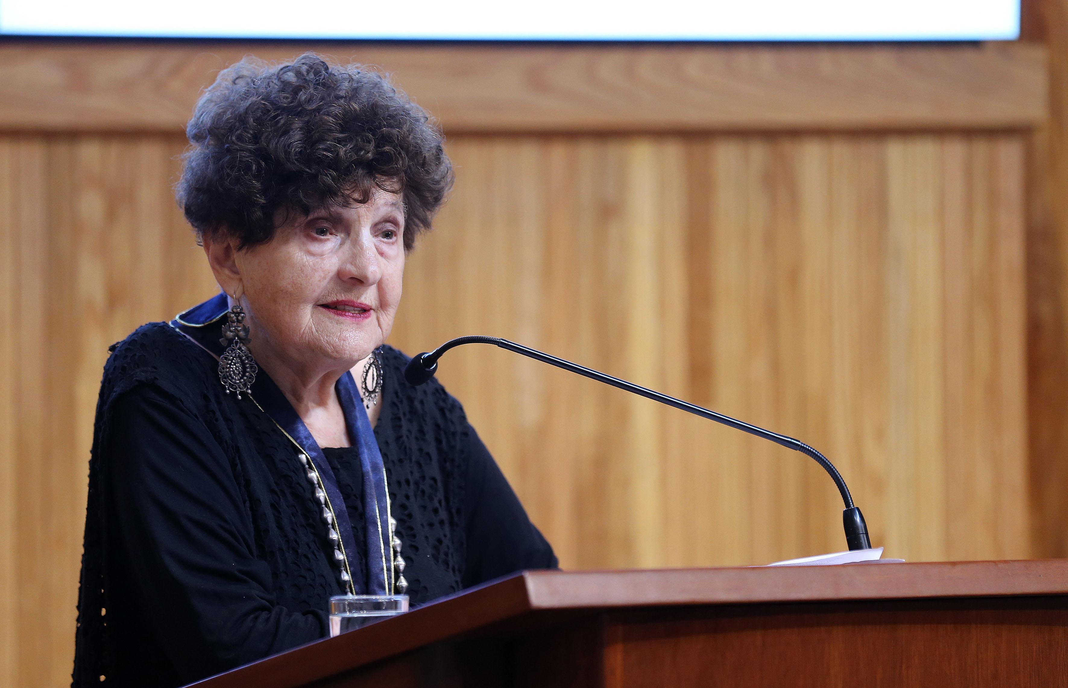 Escritora Margo Glantz Shapiro, haciendo uso de la palabra