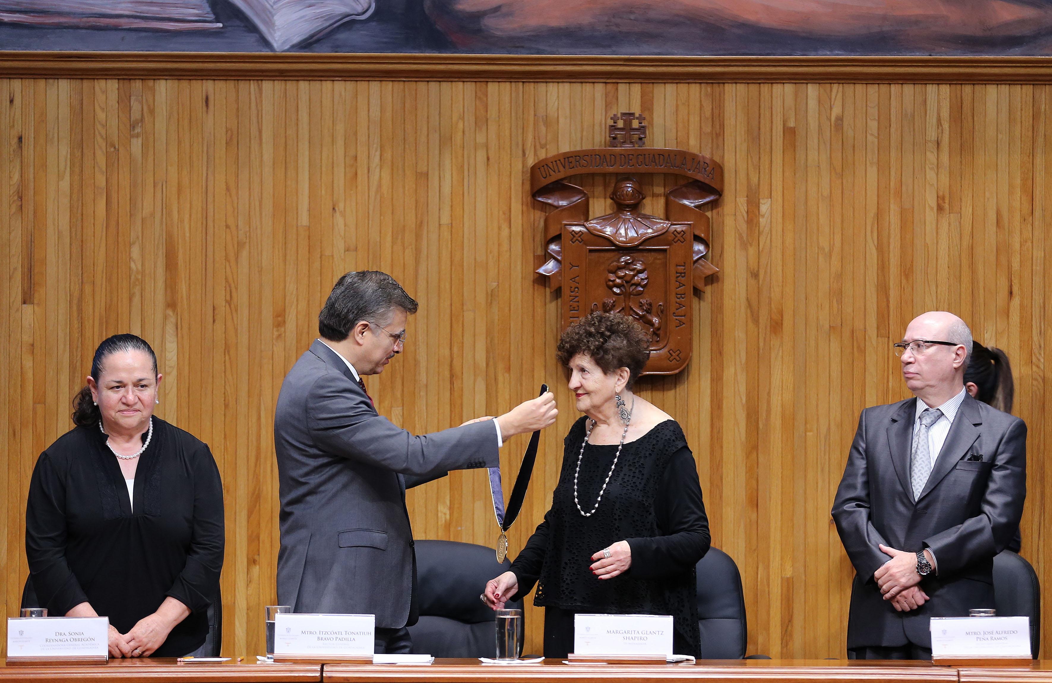 Rector General de la Universidad de Guadalajara, maestro Itzcóatl Tonatiuh Bravo Padilla, haciendo entrega de Medalla a la escritora Margo Glantz