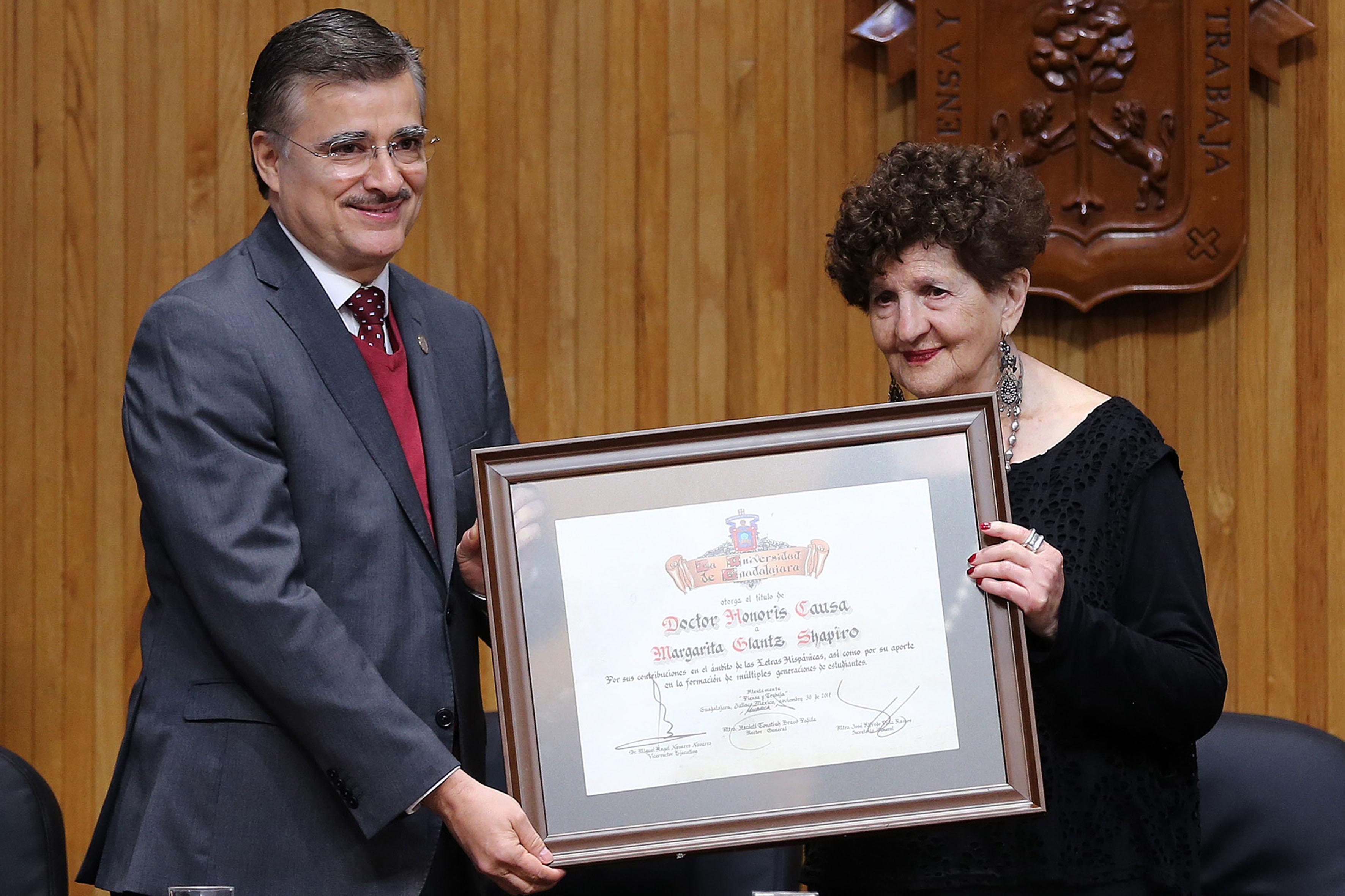 Maestro Itzcóatl Tonatiuh Bravo Padilla, Rector General de la Universidad de Guadalajara, haciendo entrega del reconocimiento