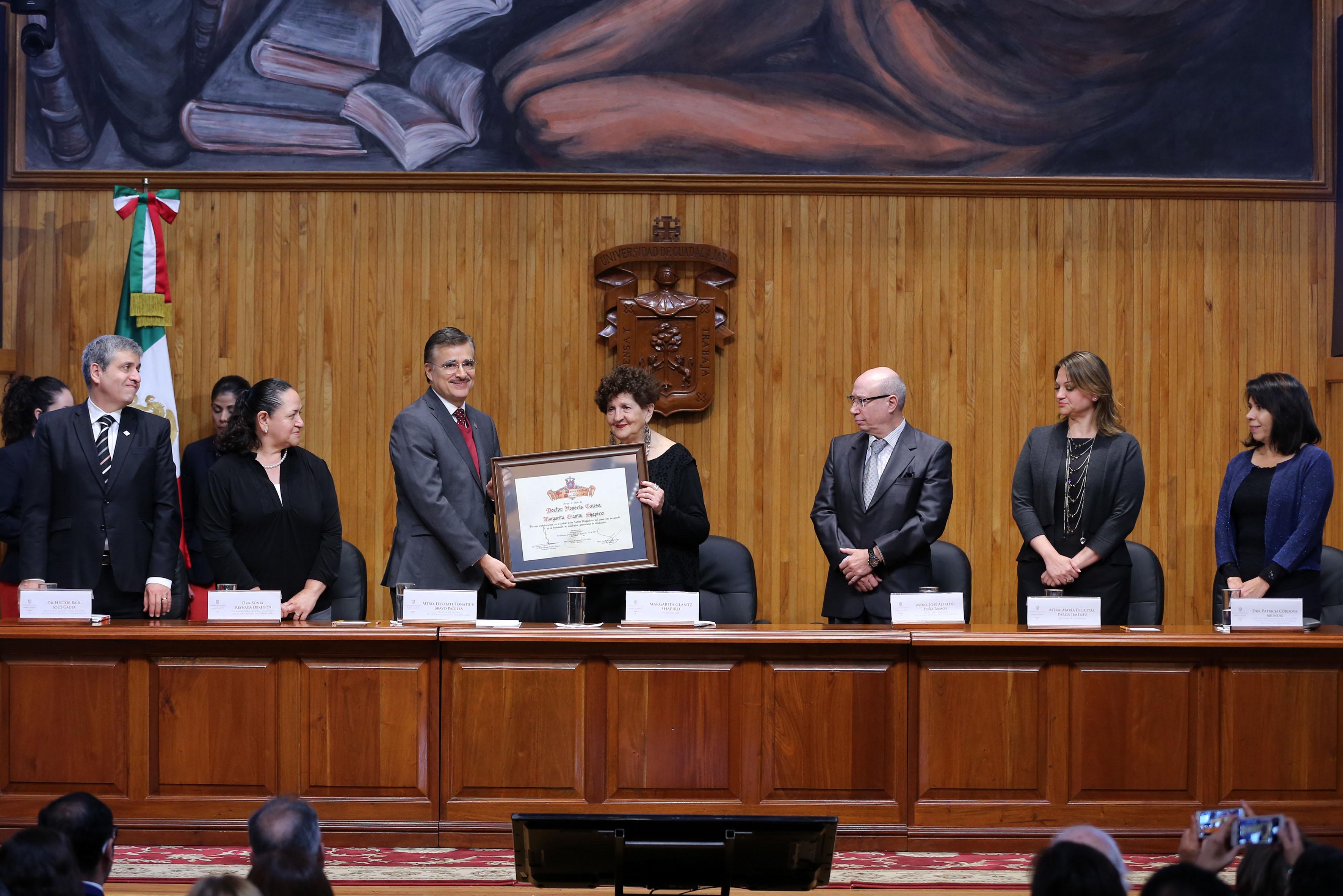 Escritora Margo Glantz Shapiro recibió el Doctorado Honoris causa por la Universidad de Guadalajara, de manos del Rector General, maestro Itzcóatl Tonatiuh Bravo Padilla.