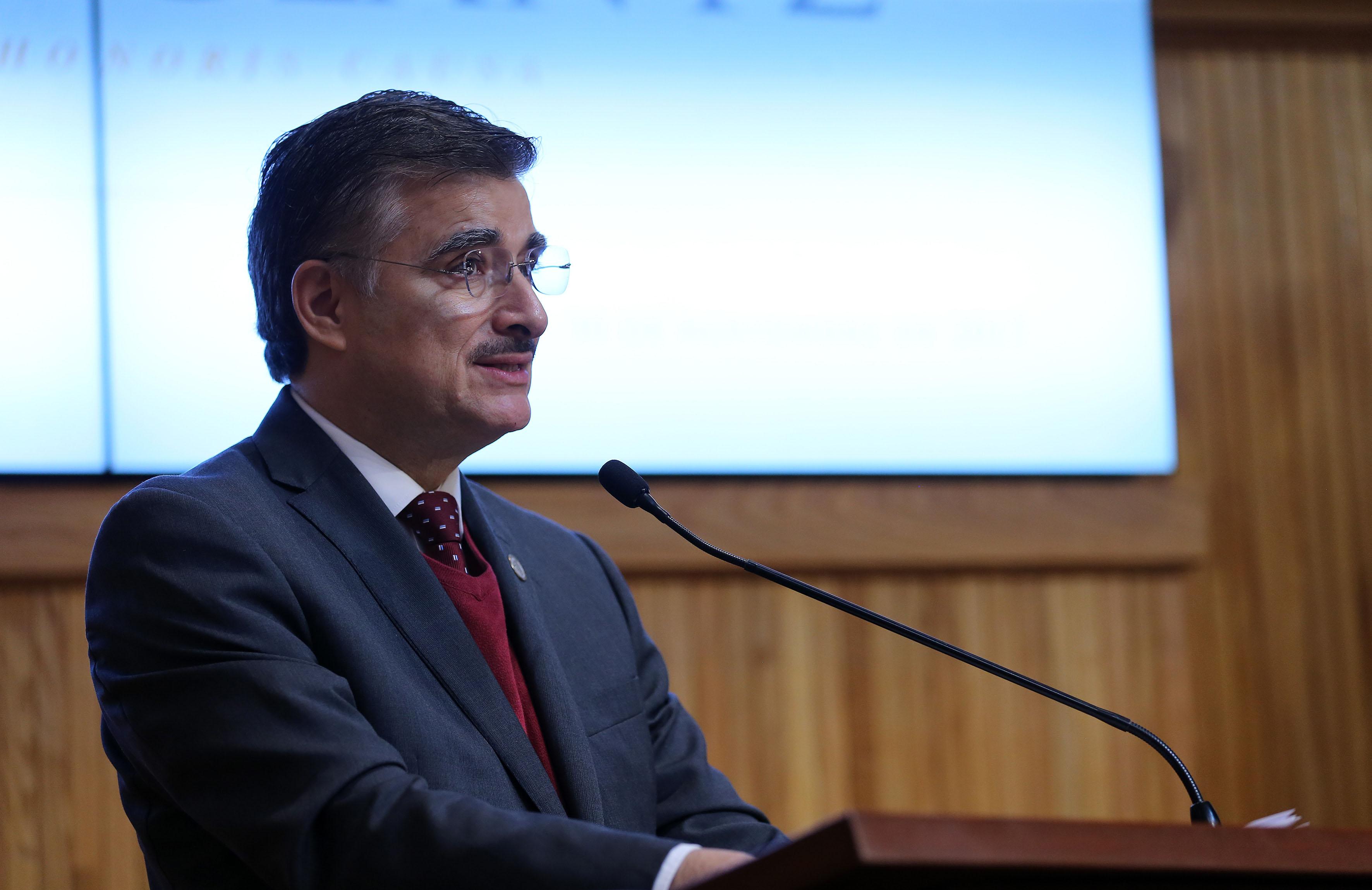 Rector General de la Universidad de Guadalajara, maestro Itzcóatl Tonatiuh Bravo Padilla, haciendo uso de la palabra en la ceremonia de entrega de Doctorado Honoris Causa a la escritora Margo Glantz