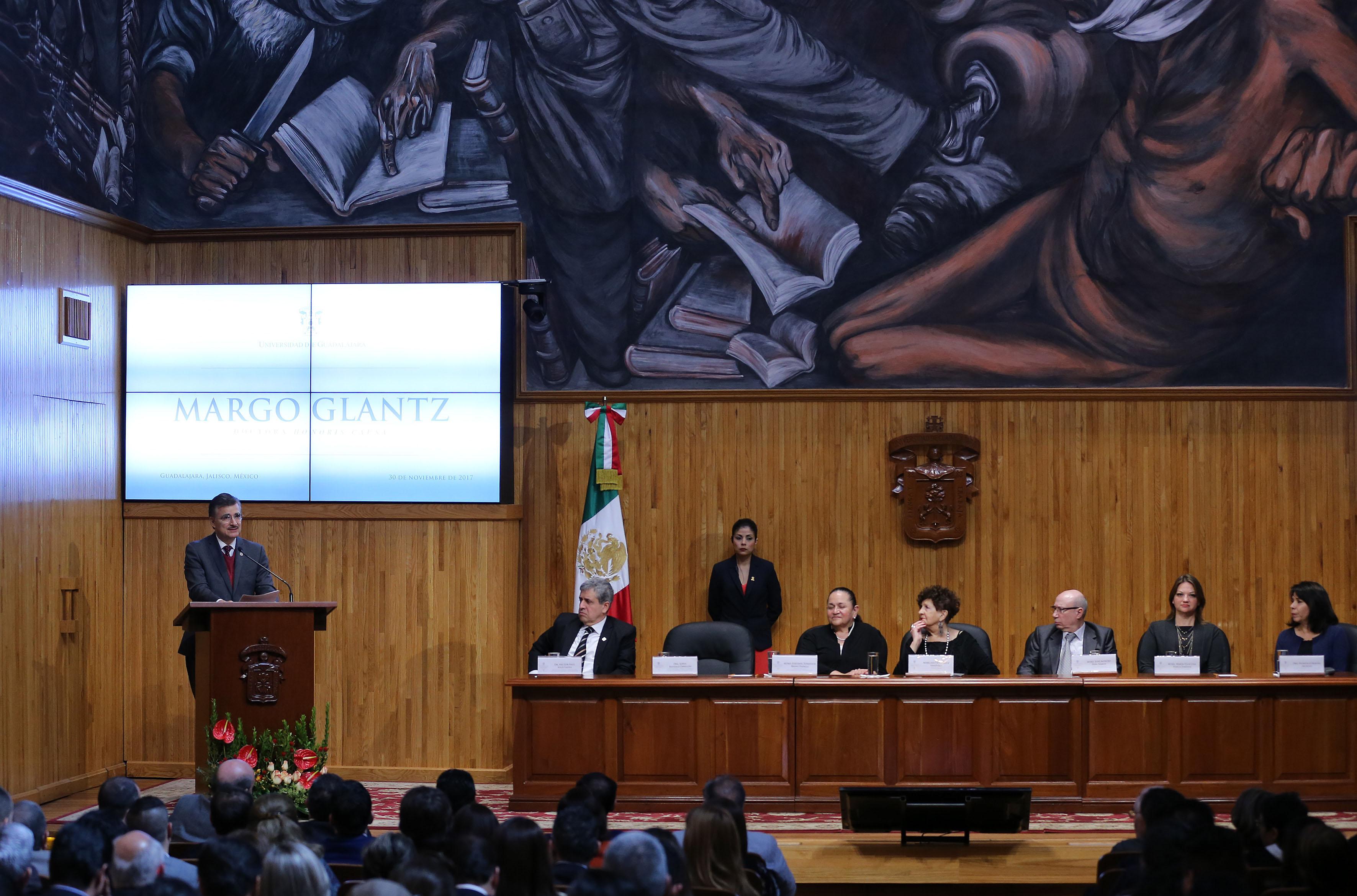 Rector General de la Universidad de Guadalajara, maestro Itzcóatl Tonatiuh Bravo Padilla, haciendo uso de la palabra durante la ceremonia