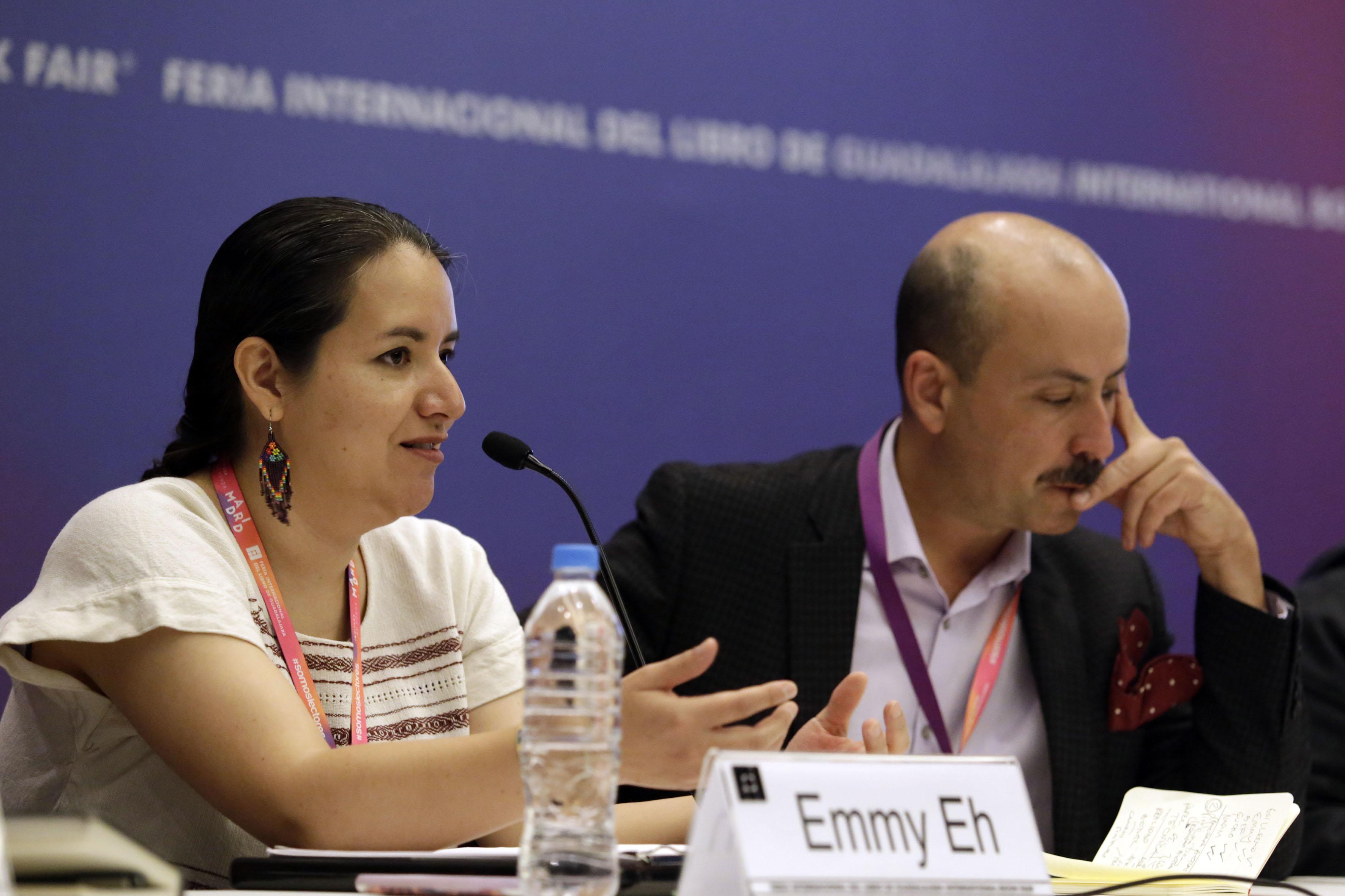 Caricaturista mexicana, Emmy Eh, frente al micrófono, haciendo uso de la voz