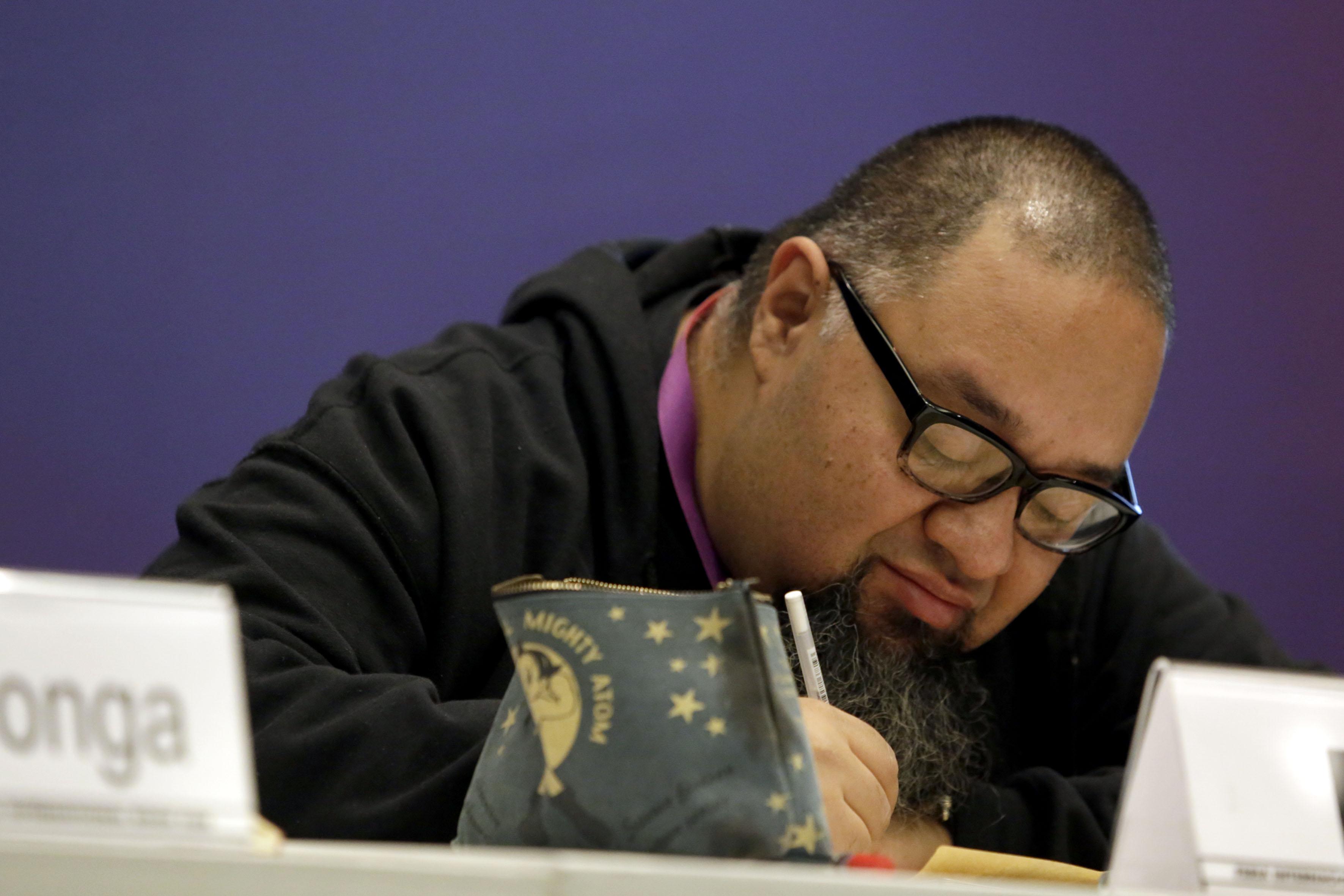 """Bernardo Fernández """"Bef"""", escritor, historietista y diseñador gráfico mexicano, ilustrando momentos de la charla"""