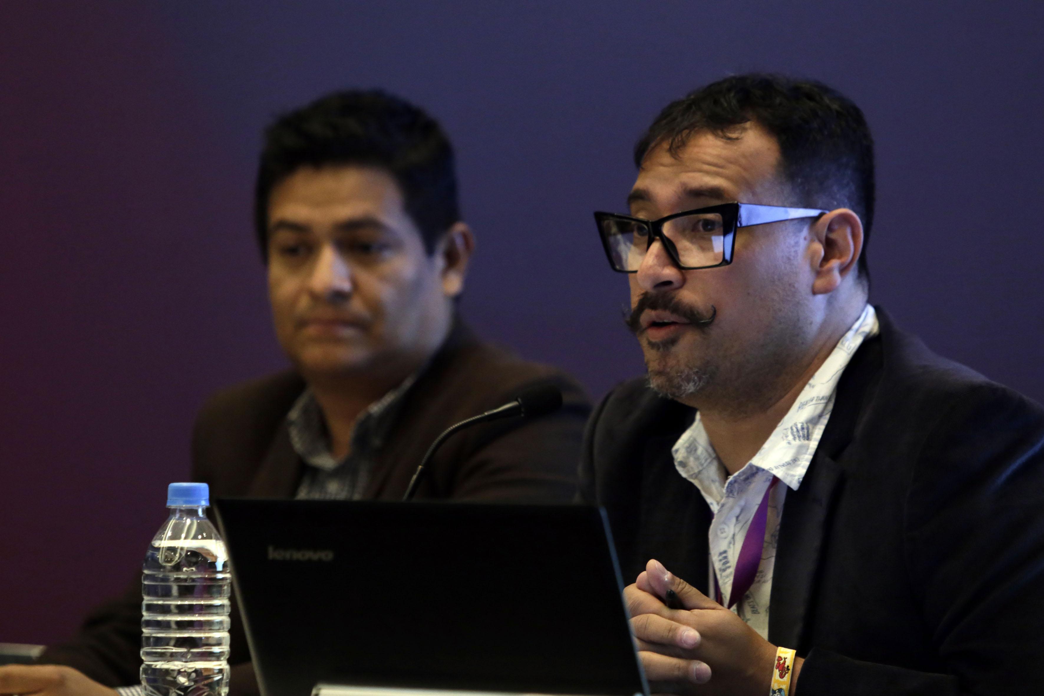 Caricaturista colombiano Nadim, participando en la mesa inaugural, como parte del Encuentro Internacional de Caricatura e Historieta