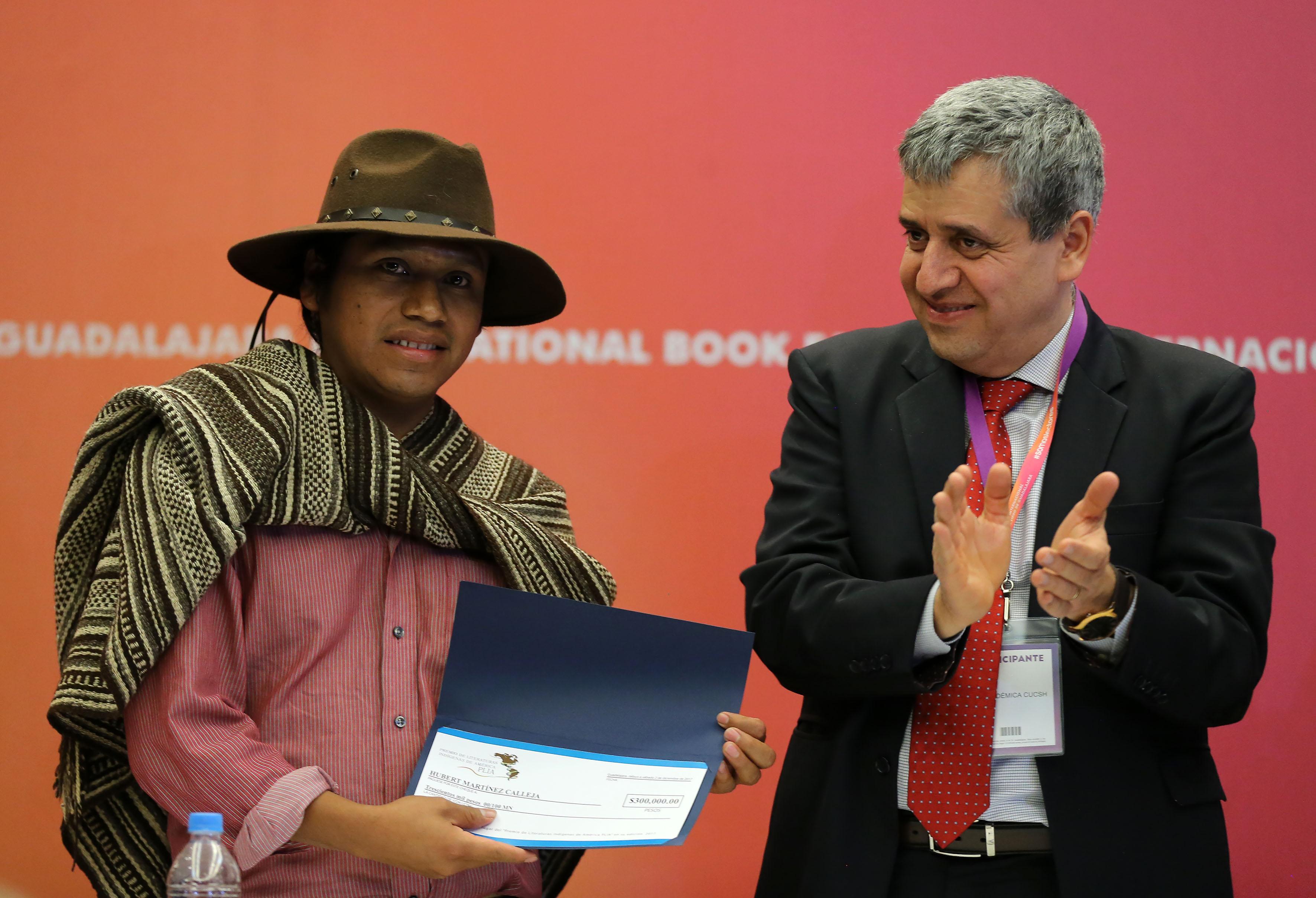 Dr Héctor Raúl Solís Gadea, Rector del Centro Universitario de Ciencias Sociales y Humanidades (CUCSH), entregó al ganador un cheque por 300 mil pesos aHubert Martínez Calleja