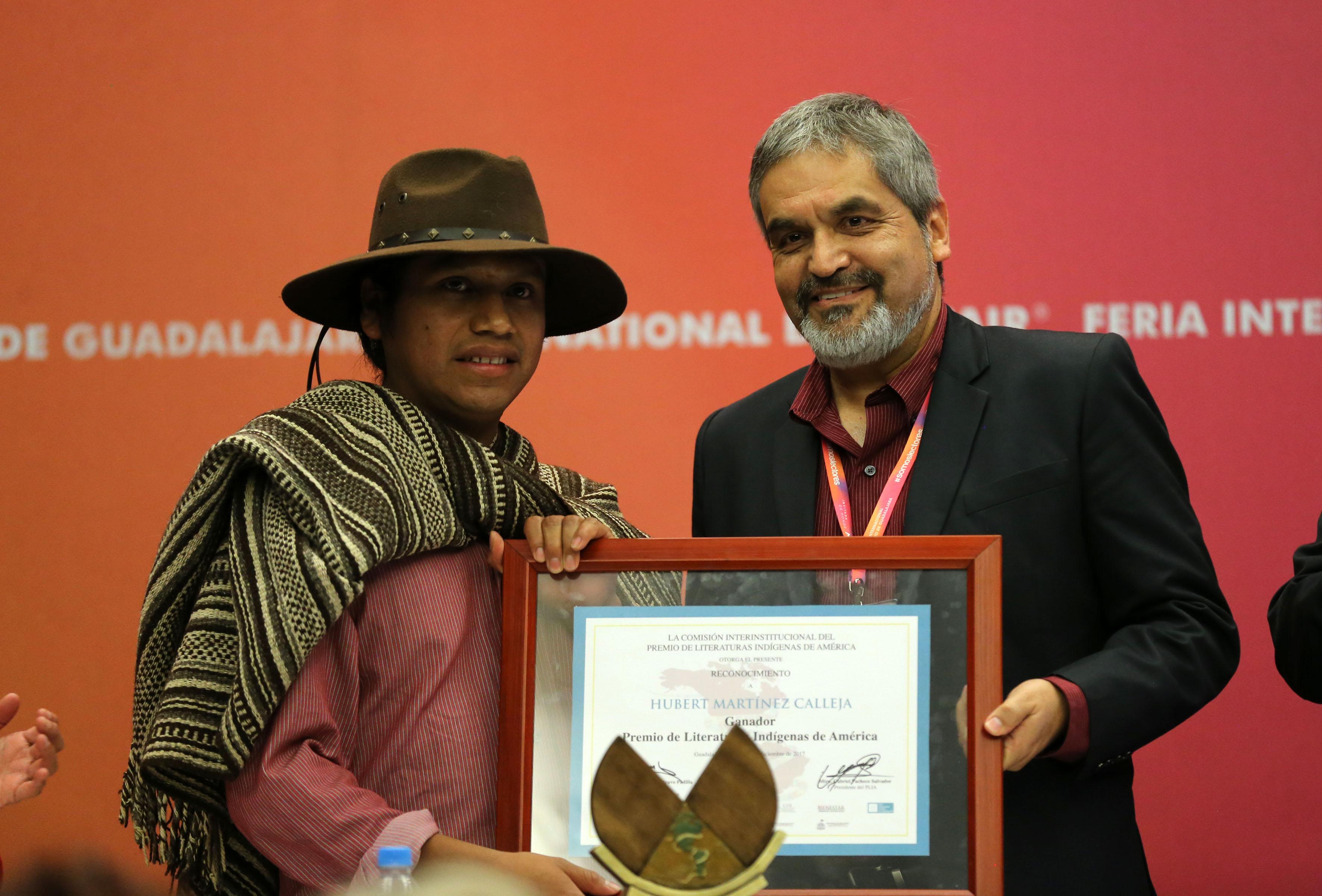 Hubert Martínez Calleja, recibiendo reconocimiento
