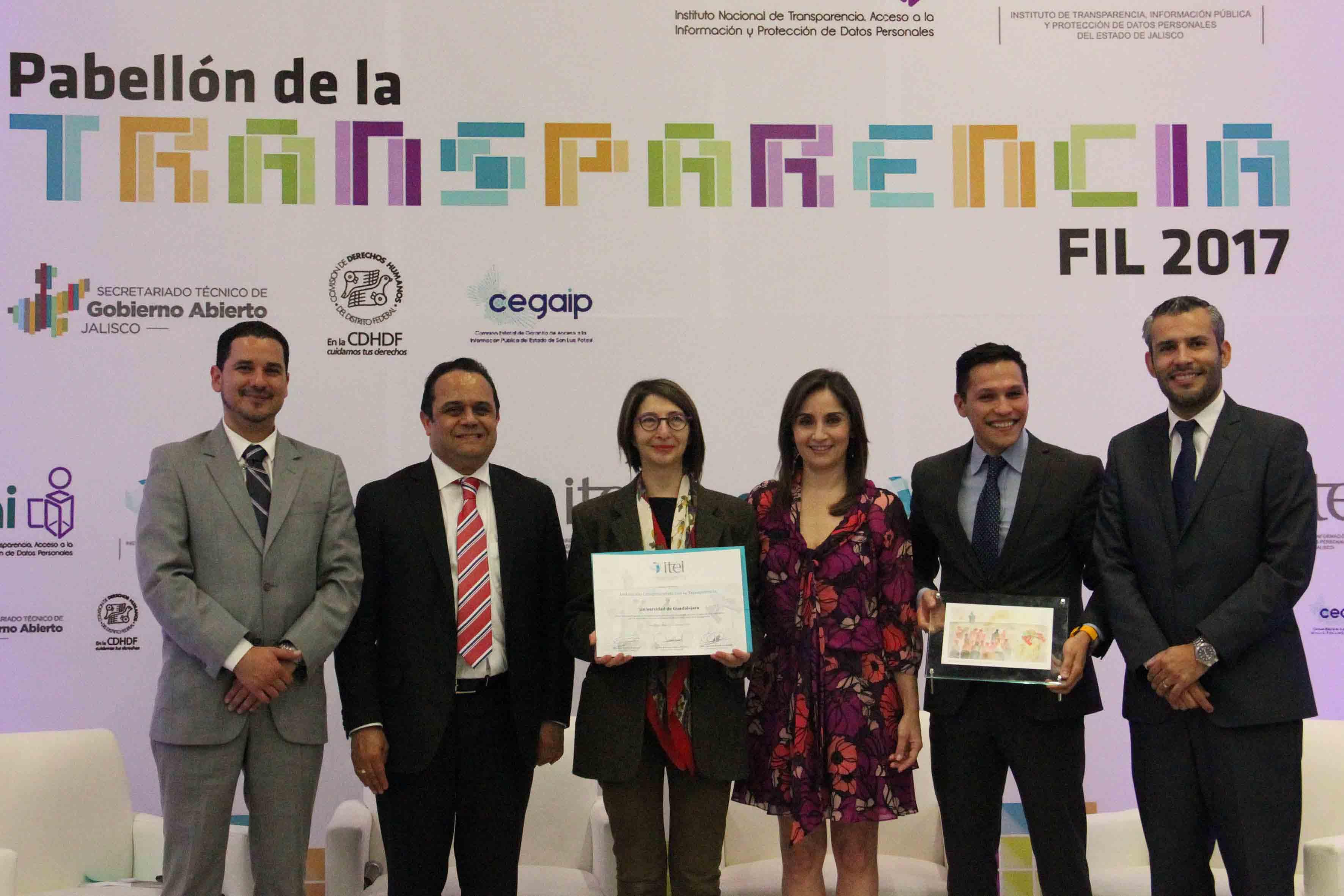 Representantes de la UdeG recibiendo el reconocimiento del ITEI por su colaboración en el diseño del Protocolo 409.