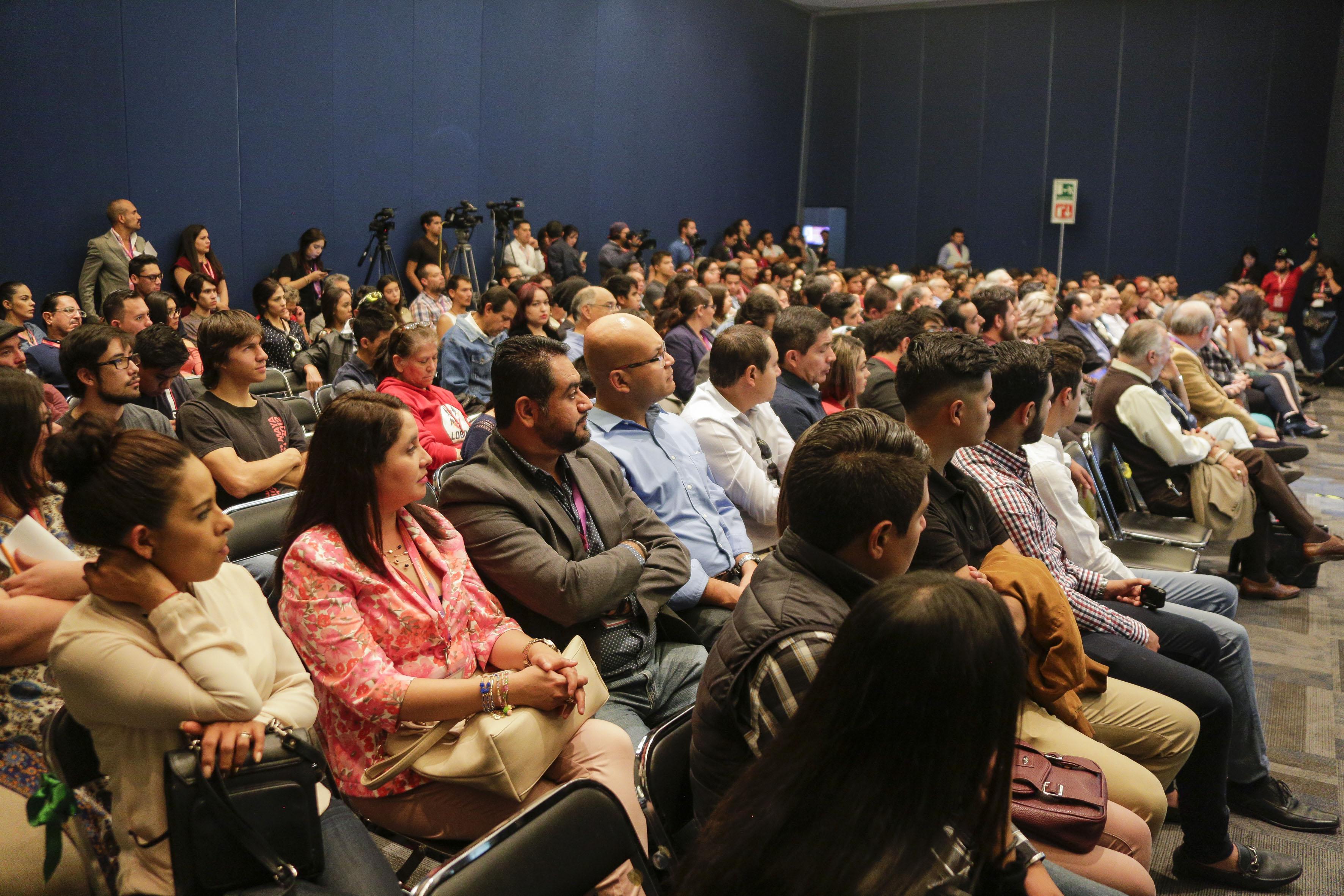 Publico asistente al XIV Encuentro de Humanistas, organizado por la Vicerrectoría Ejecutiva de la Universidad de Guadalajara, en el marco de la Feria Internacional del Libro.