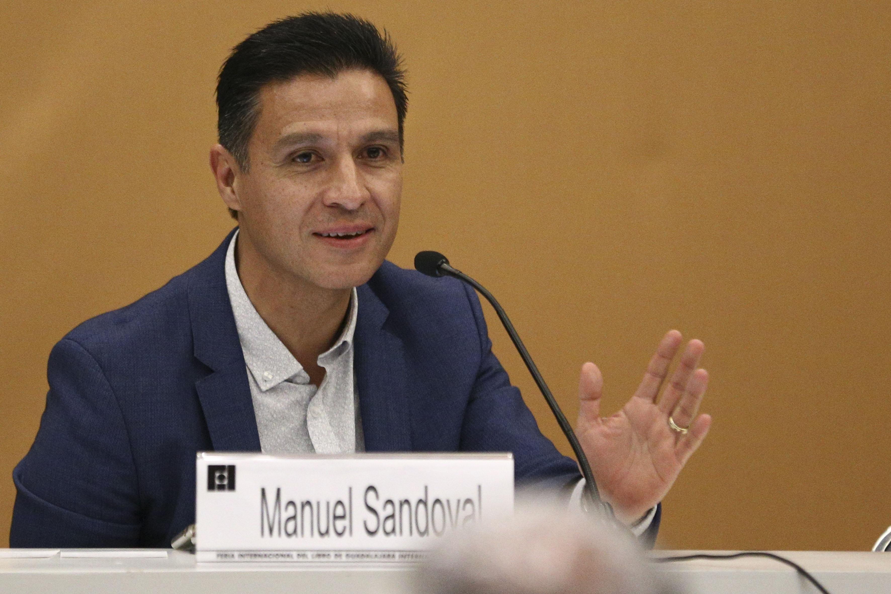 Manuel Sandoval haciendo uso de la palabra en la presentación de la plataforma México Exponencial en la Feria Internacional del Libro de Guadalajara (FIL 2017)