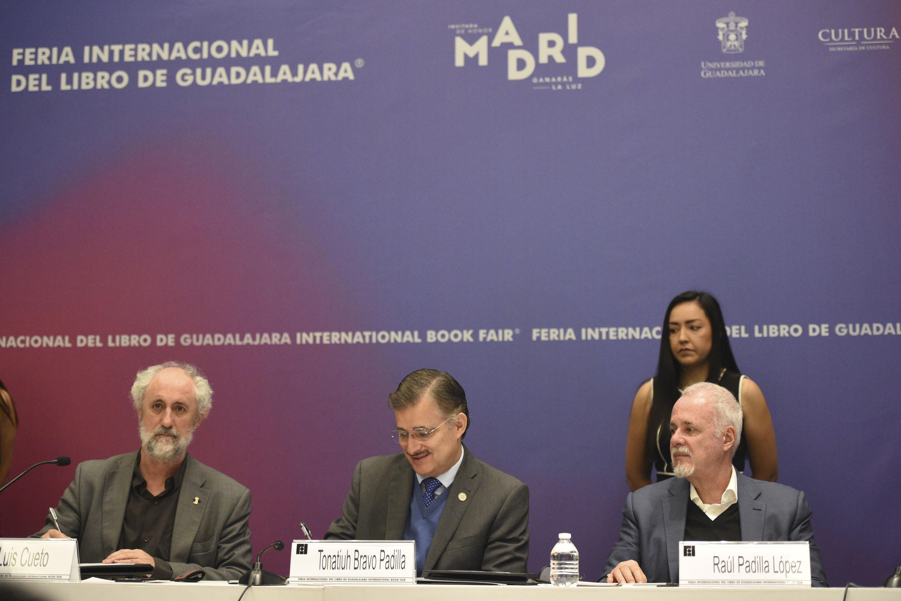 Coordinador General de la Alcaldía de Madrid, Luis Cueto Álvarez,  Rector General de la UdeG, maestro Itzcóatl Tonatiuh Bravo Padilla y el Presidente de la feria, licenciado Raúl Padilla López, participando en rueda de prensa