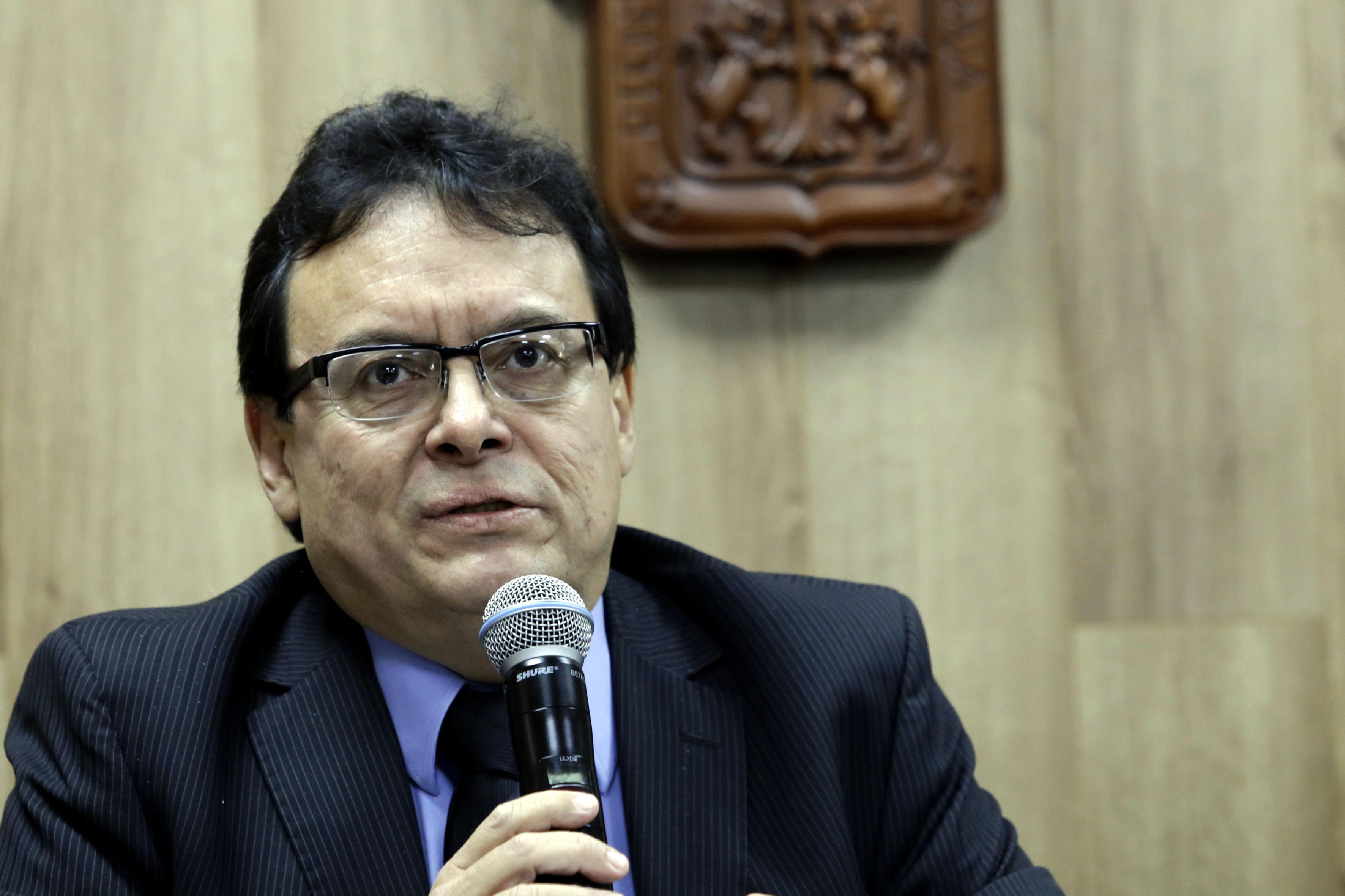Dr Alejandro Villaroel Cruz, coordinador de dicho módulo, haciendo uso de la palabra en rueda de prensa