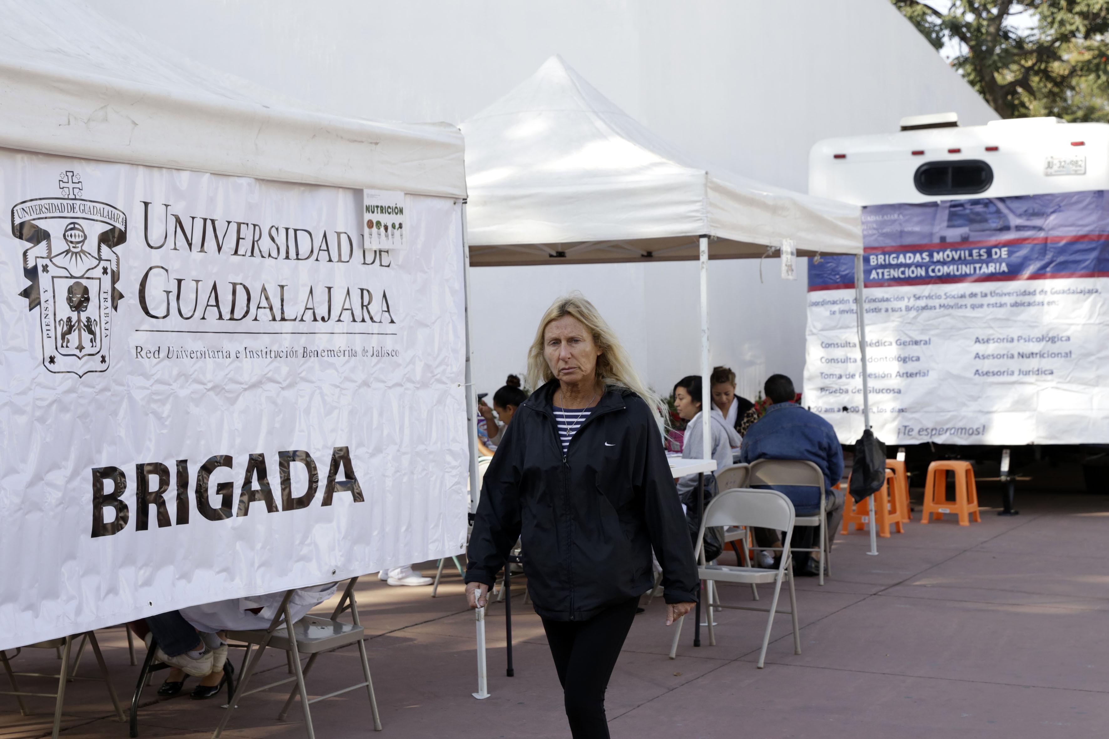 Mujer asistiendo a las brigadas móviles