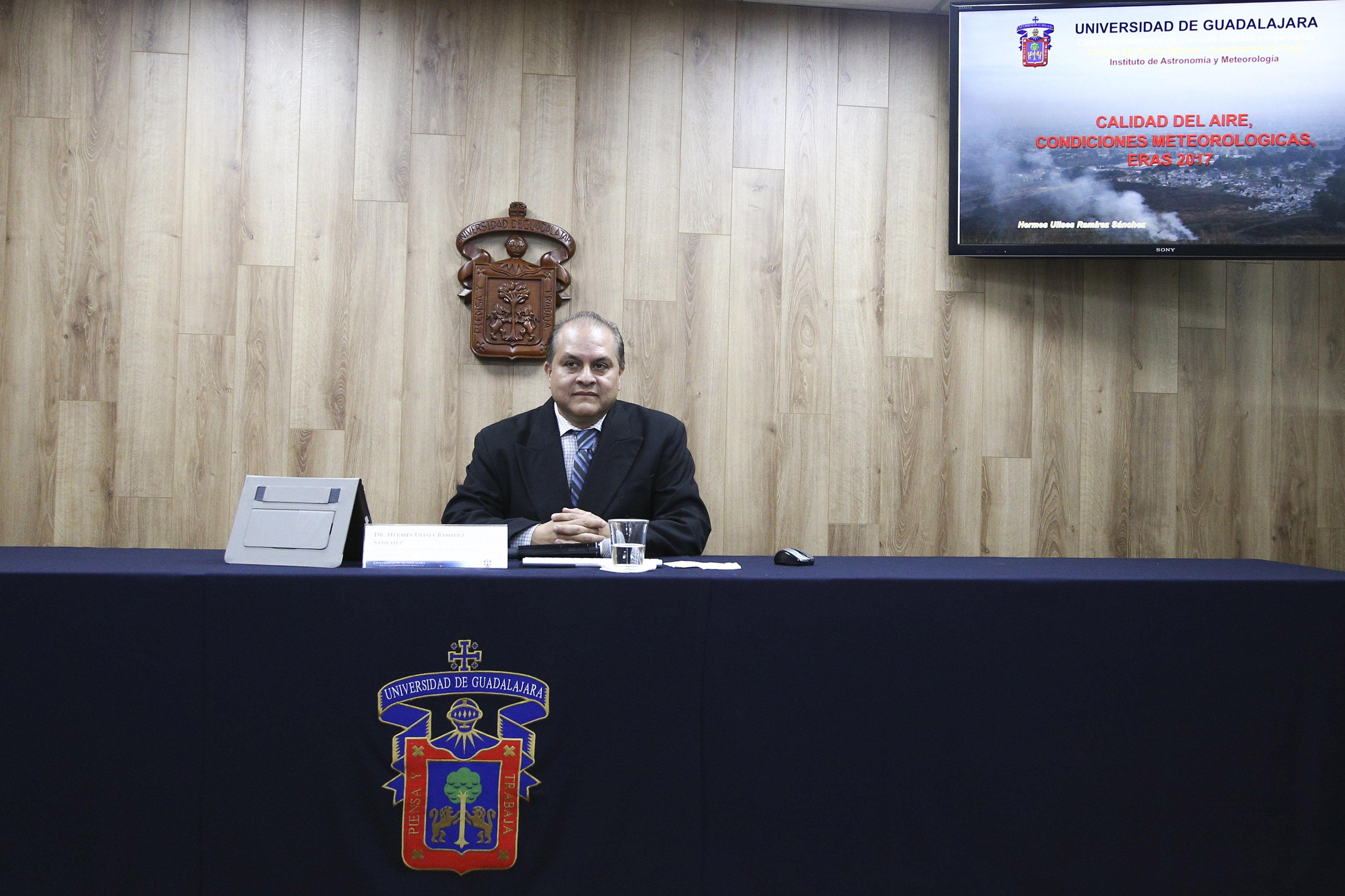 Director del Instituto de Astronomía y Meteorología (IAM), doctor Hermes Ulises Ramírez Sánchez, participando en rueda de prensa