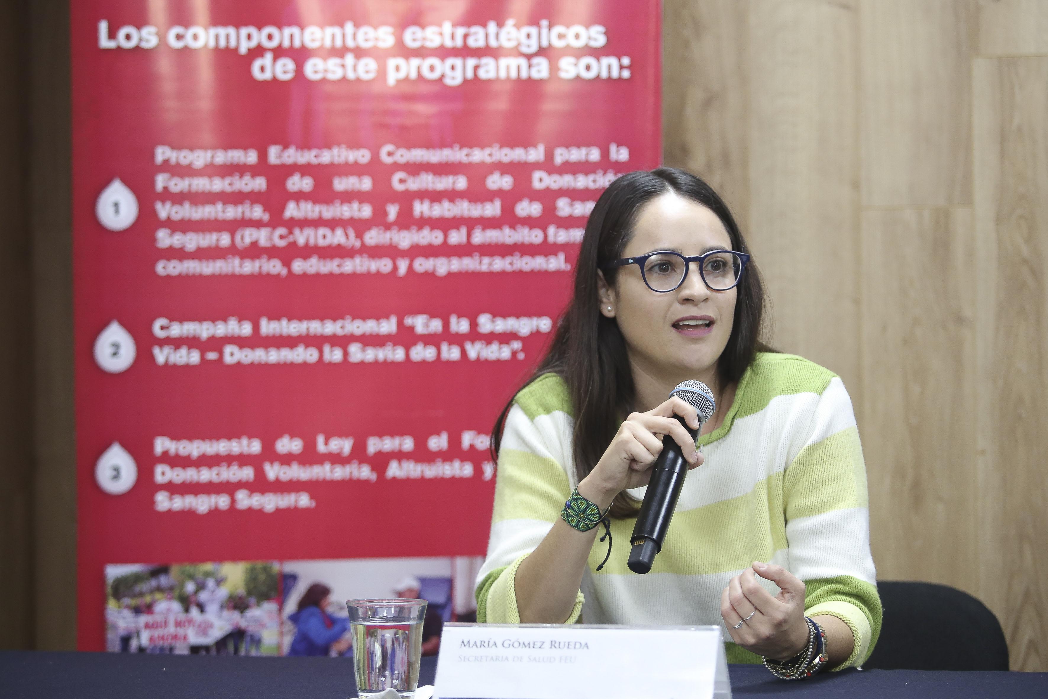 Secretaria de Salud de la FEU, María Gómez Rueda, haciendo uso de la palabra
