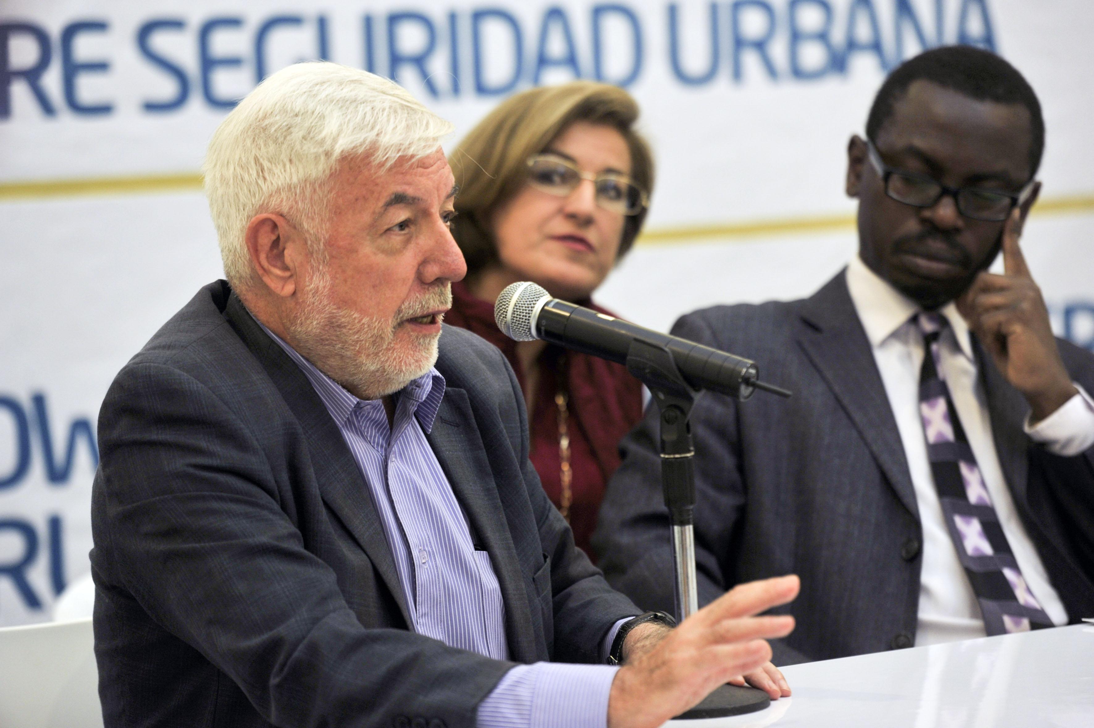 Ponente haciendo uso de la palabra durante el encuentro de seguridad urbana