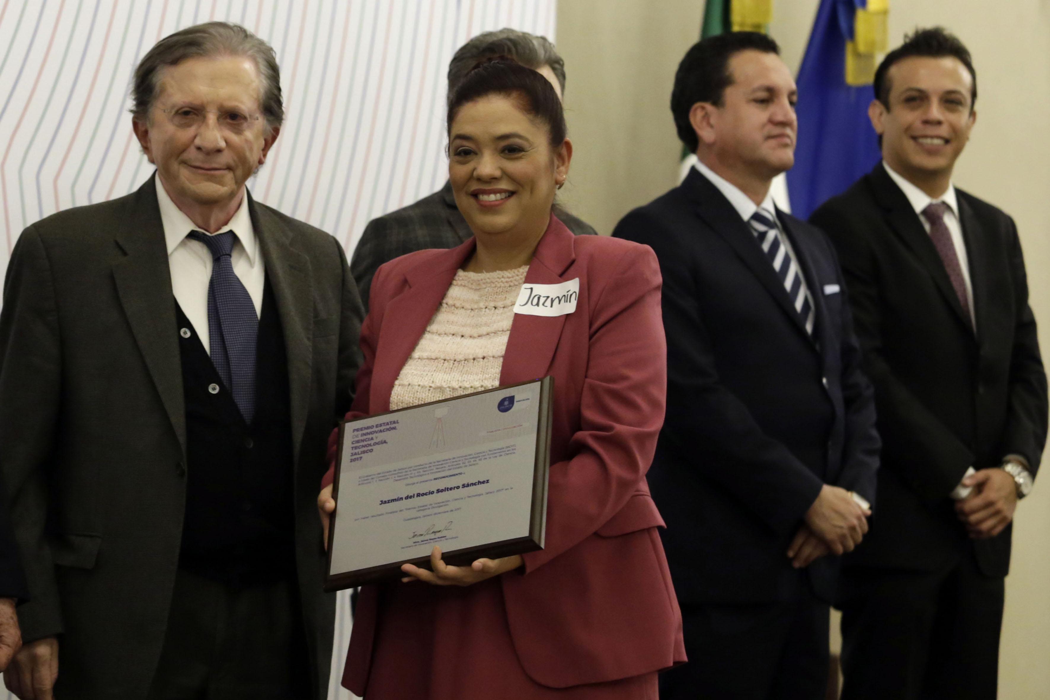 Titular de la Secretaría de Innovación, Ciencia y Tecnología de Jalisco (SICYT), maestro Jaime Reyes Robles, haciendo entrega de reconocimiento