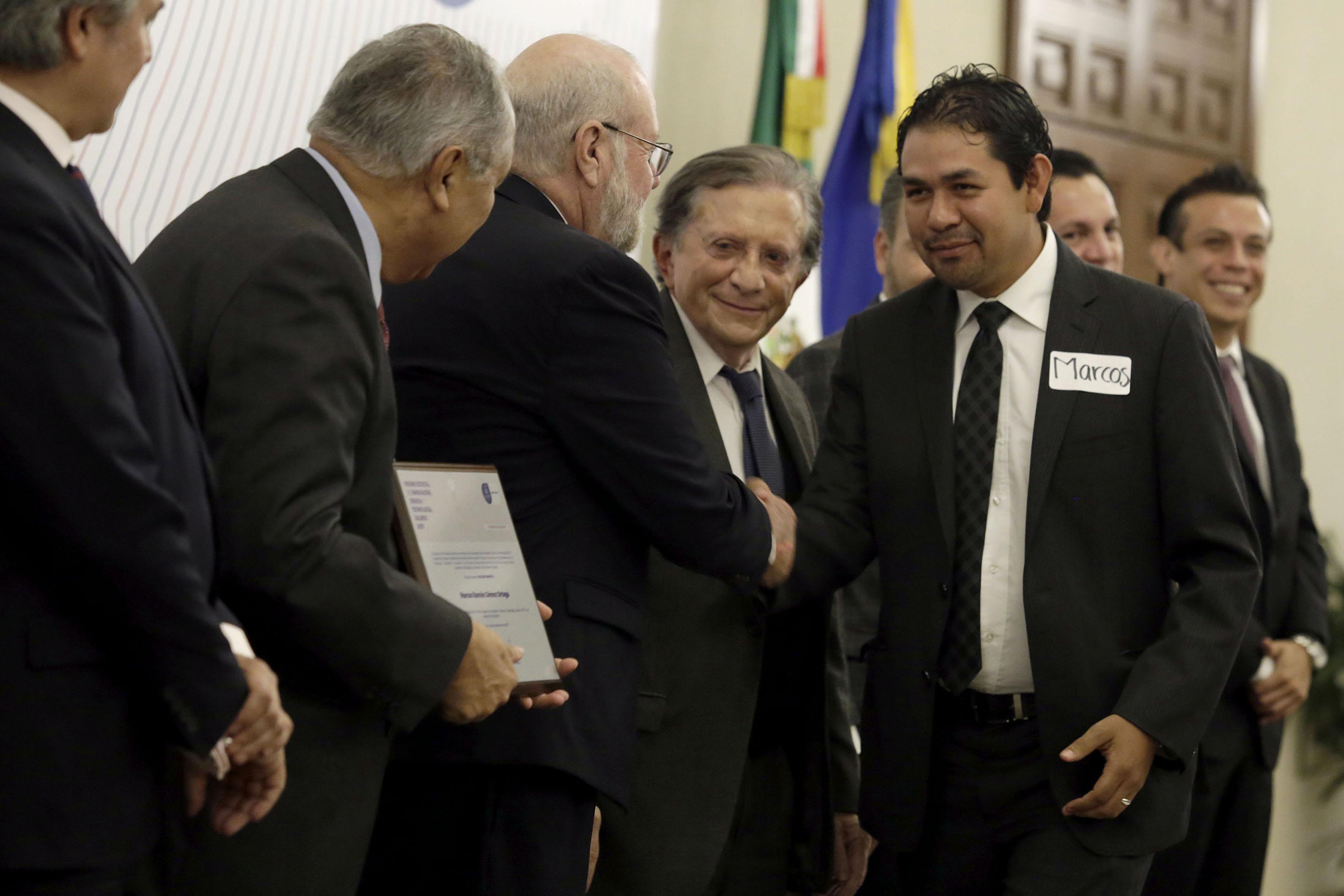 Ganador del Premio Estatal de Innovación, Ciencia y Tecnología 2017, recibiendo su reconocimiento