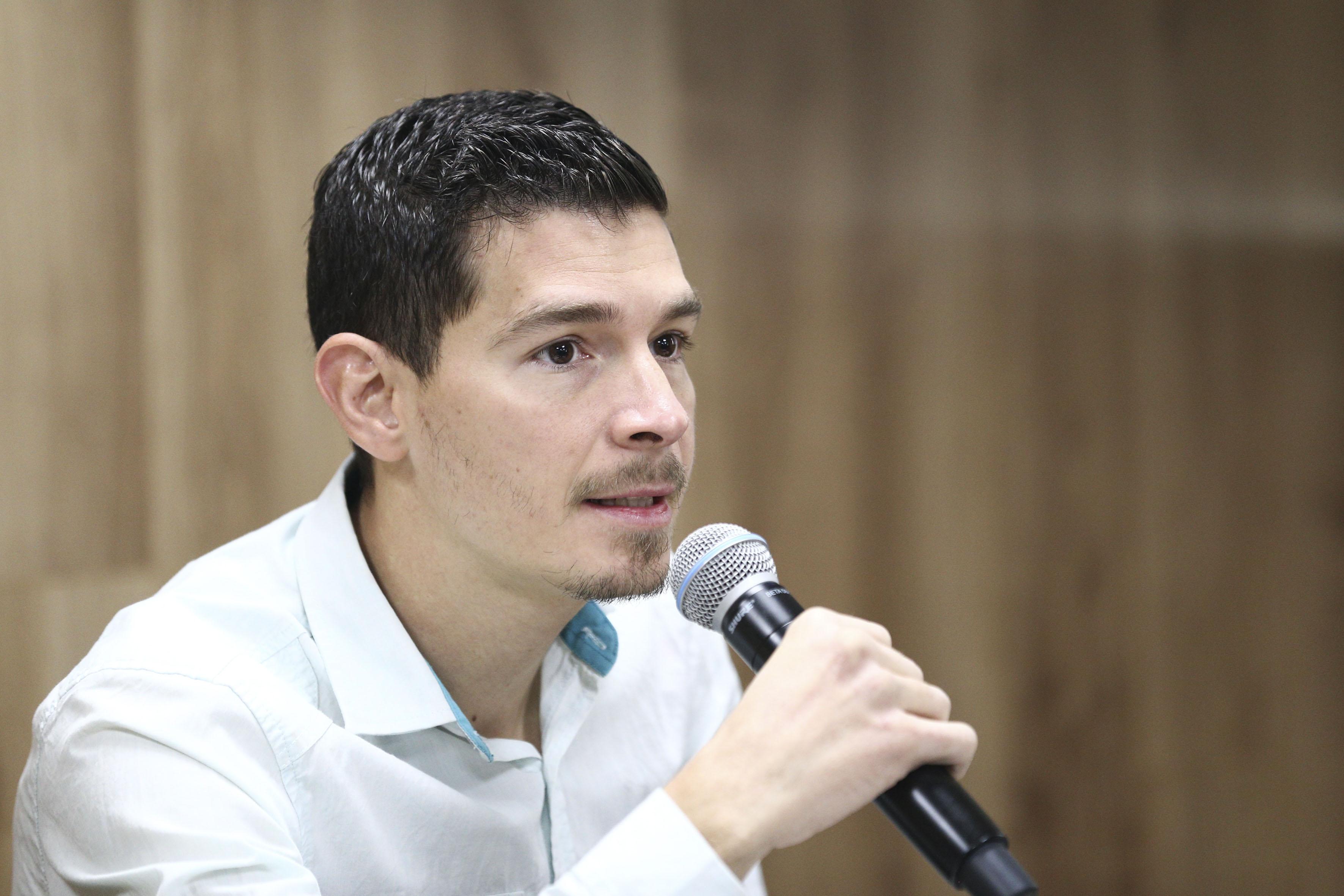 Egresado del Centro Universitario de Ciencias Exactas e Ingenierías, Andrés Manzano, haciendo uso de la palabra en rueda de prensa