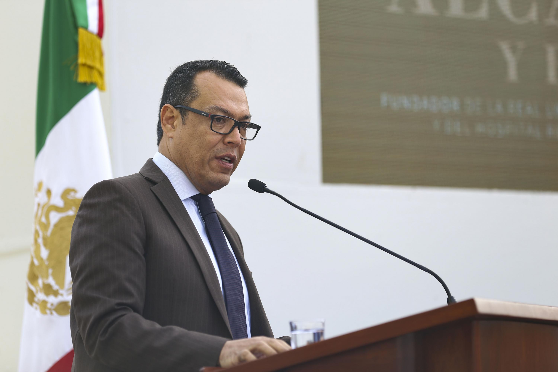 Secretario General de Gobierno, maestro Roberto López Lara, haciendo uso de la palabra durante la develación de la escultura de Fray Antonio Alcalde