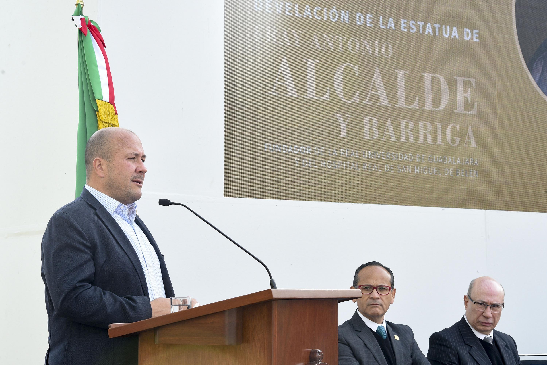 Presidente municipal Enrique Alfaro Ramirez, haciendo uso de la palabra durante la develación de la escultura de Fray Antonio Alcalde