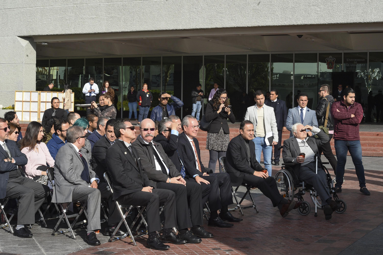 Autoridades universitarias durante la develación de la escultura  de Fray Antonio Alcalde en explanada de Rectoría General