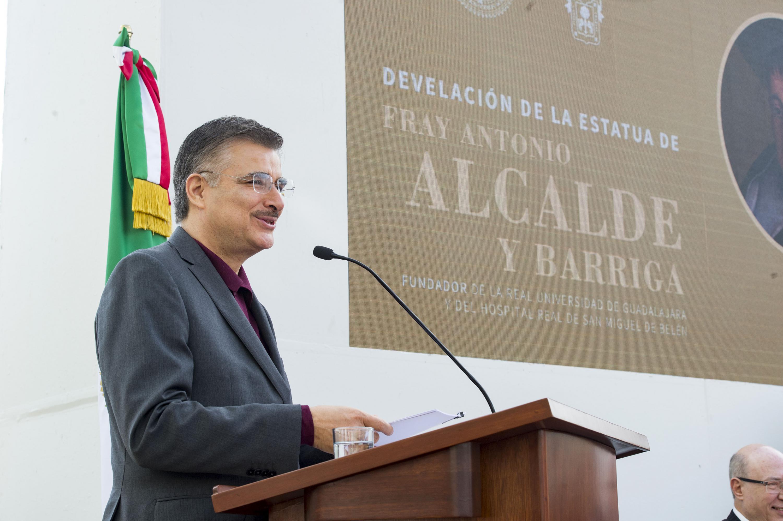 Rector General, maestro Itzcóatl Tonatiuh Bravo Padilla, haceindo uso de la palabra durante la Develación de la  escultura de Fray Antonio Alcalde en explanada de Rectoría General